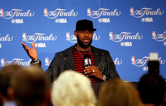 """LeBron James acusa Donald Trump de colocar o ódio racial """"na moda"""""""