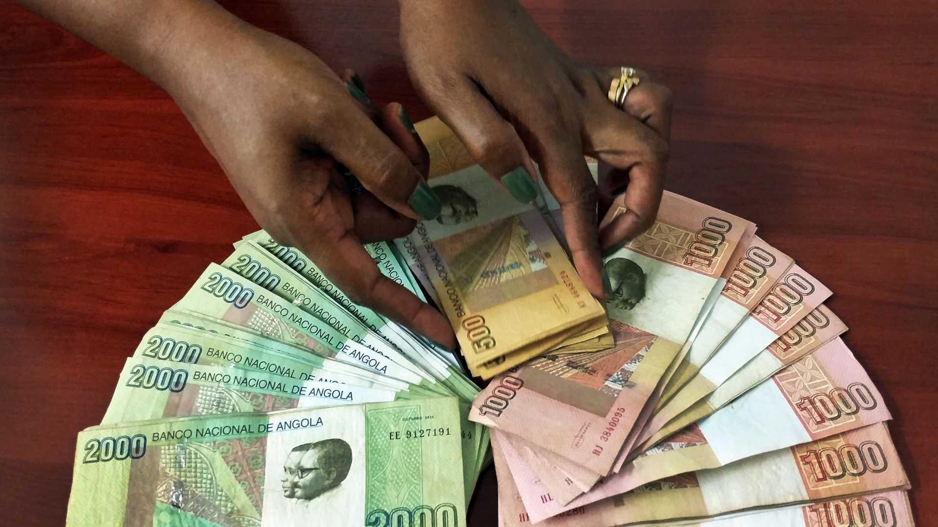 Kwanza volta a depreciar-se face ao euro e dólar