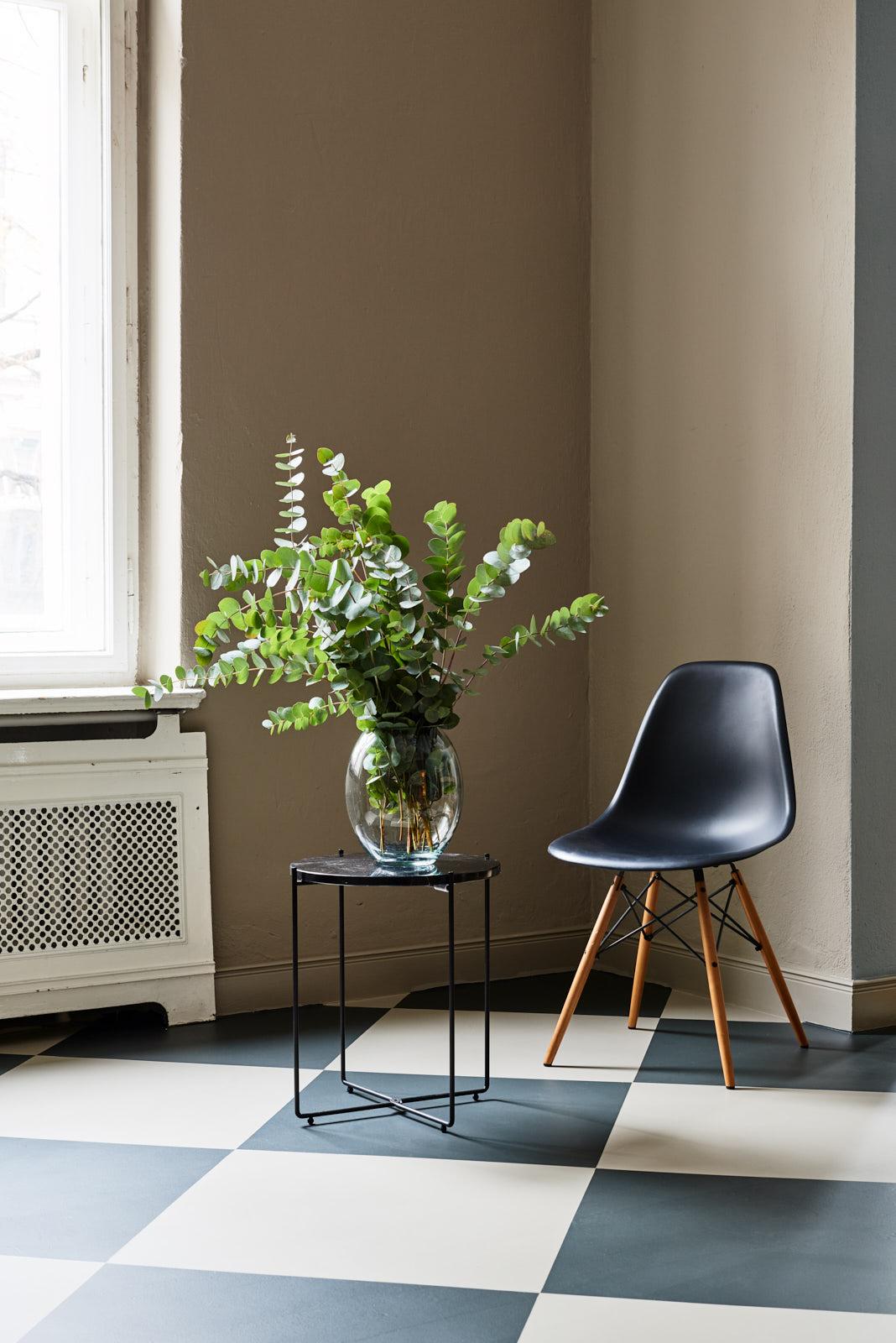 Foto eines weißen Stuhls in einer Ecke