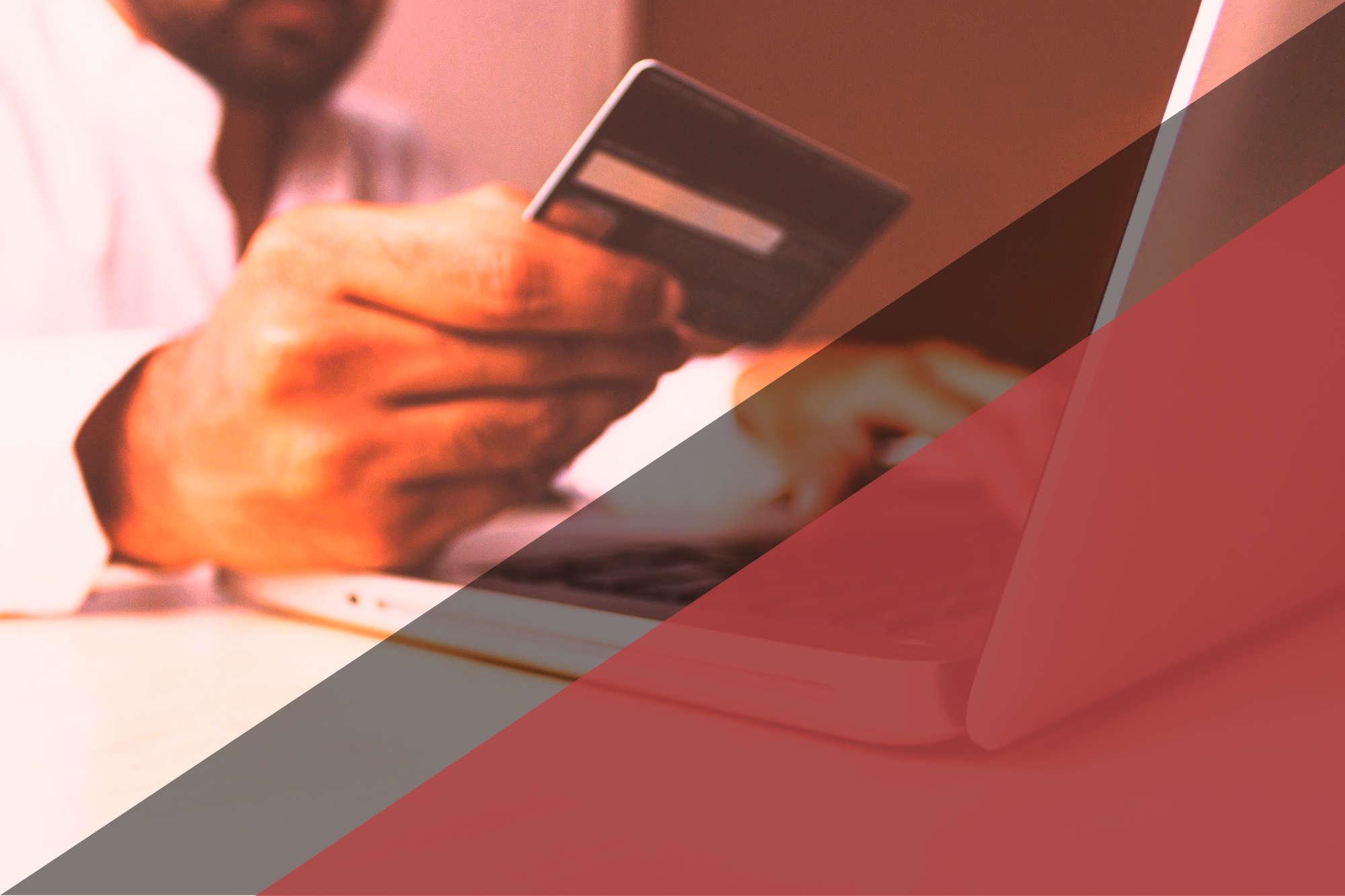 Persona comprando en tienda online con tarjeta de credito