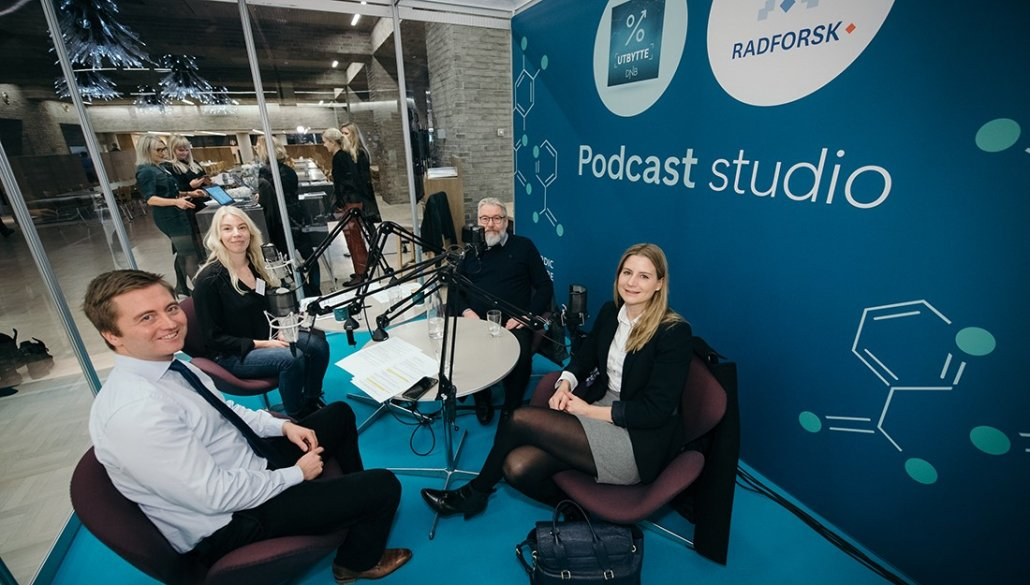 The participants in the podcast Radium and Utbytte at DNB Nordic Healthcare Conference 2019 in the glass studio.