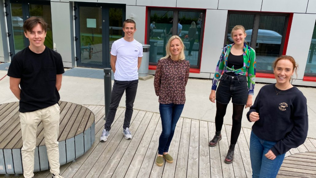 Mentor Bente Prestegård and the students Andreas Bjurstrøm, Carl Ruge, Tyra Kristoffersen and Miriam Idsøe, standing outside Ullern Upper Secondary School. Alexander Flåskjer is also a part of the GLIMT team, but was unfortunately not present on the day the image was taken. Photo: Elisabeth Kirkeng Andersen