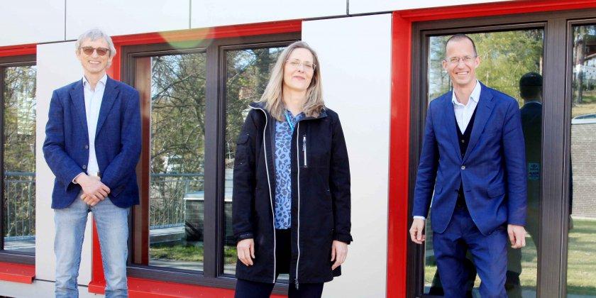 picture of Bjørn Klem, Janne Nestvold and Ketil Widerberg in front of OCC Innovation Park red framed windows. Old and new incubator leadership.