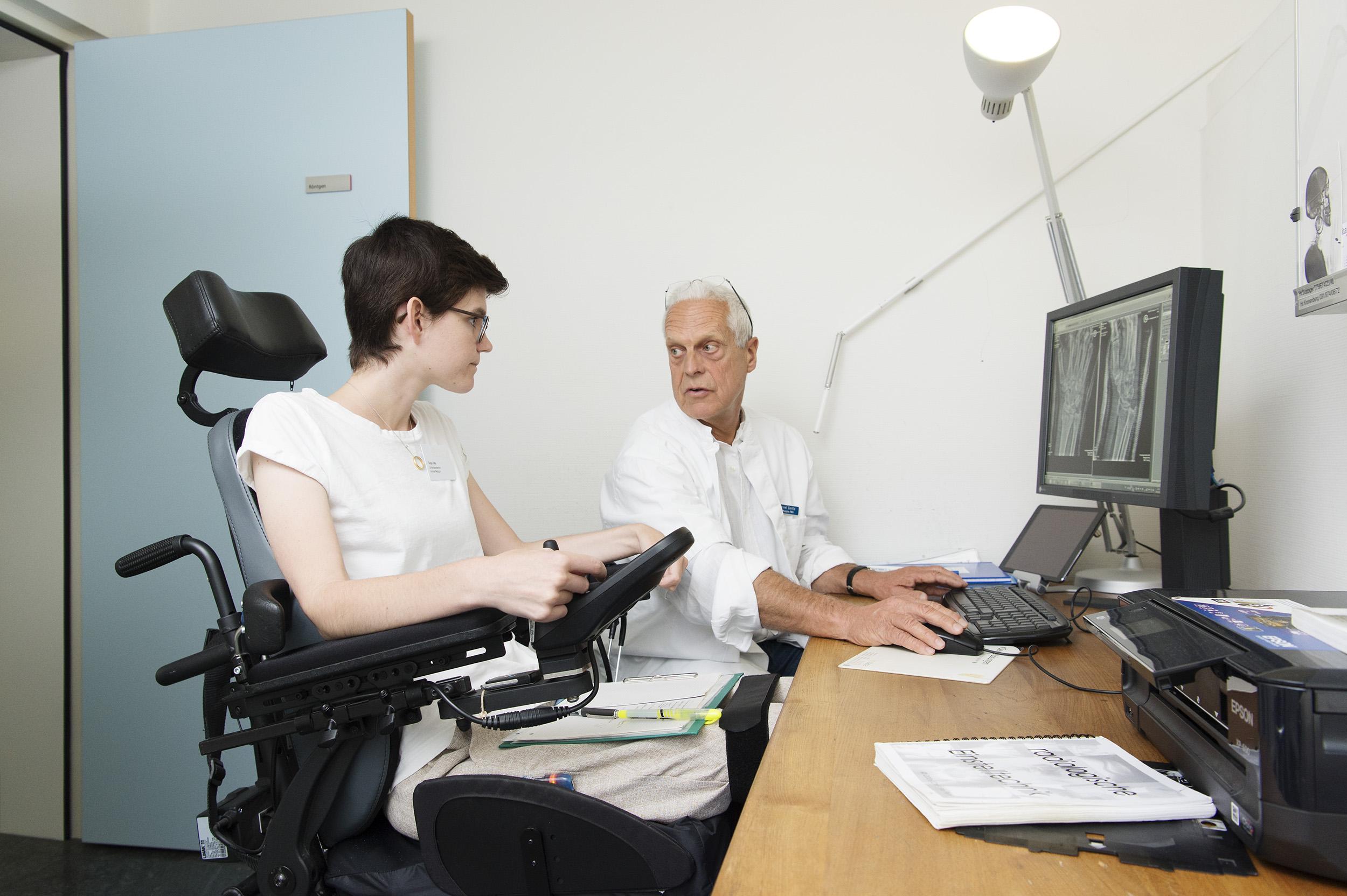 Dr. Oertle klärt einer Medizinstudentin seine Röntgendiagnostik.