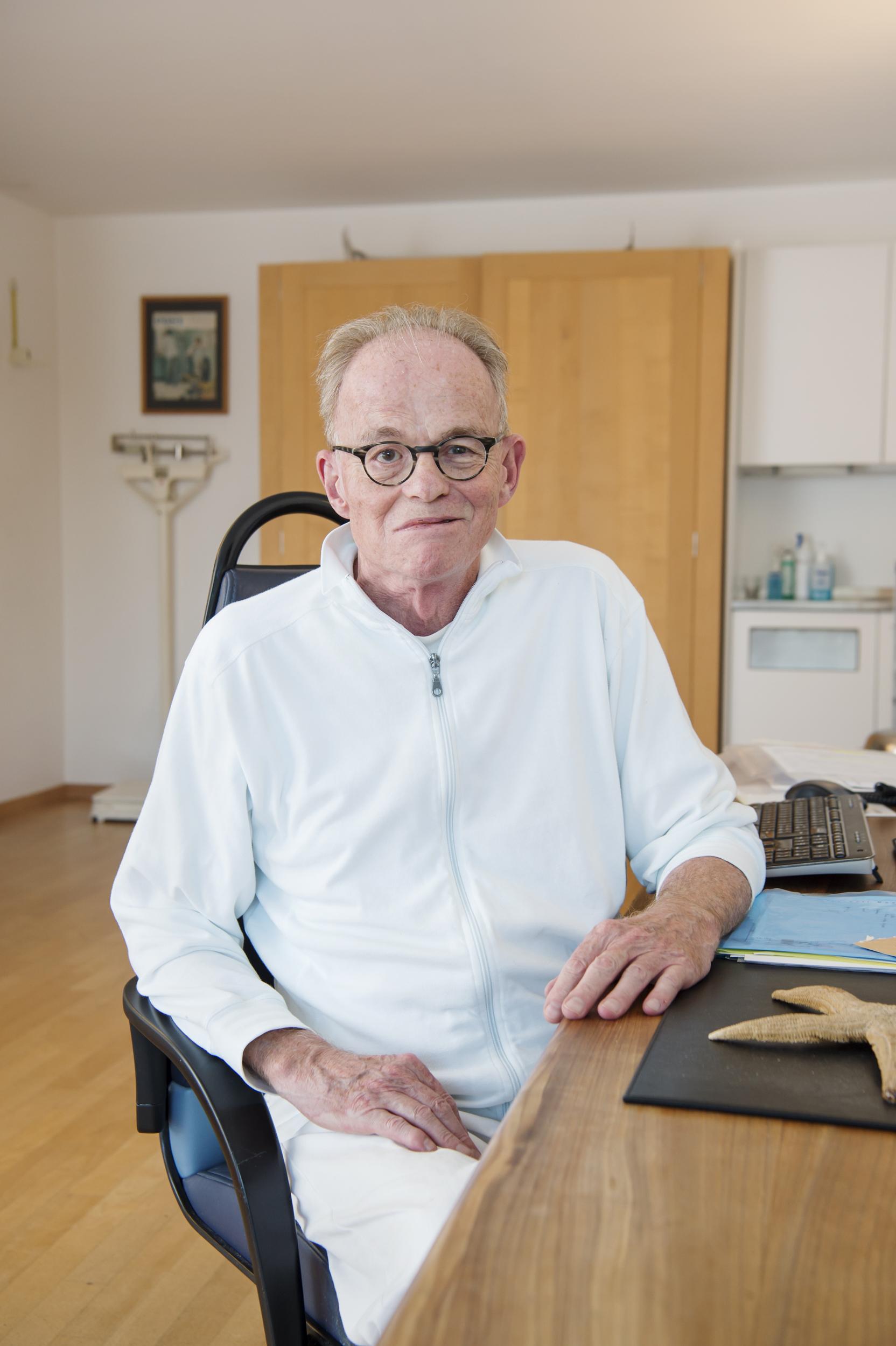 Portrait von Dr. Bruno Maggi am Schreibtisch in seinem Sprechzimmer