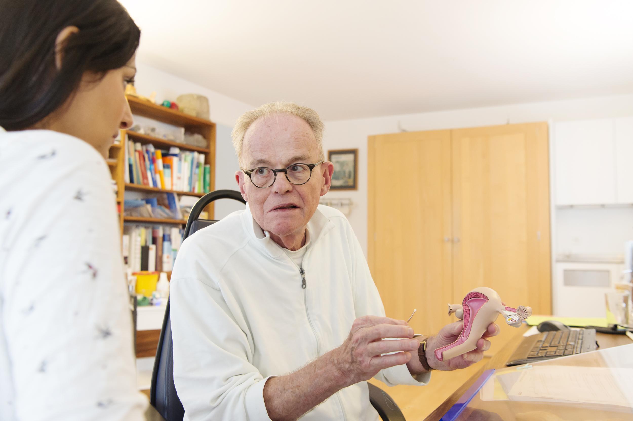 Dr. Maggi in einer Gynäkologie-Sprechstunde mit einer Patientin.