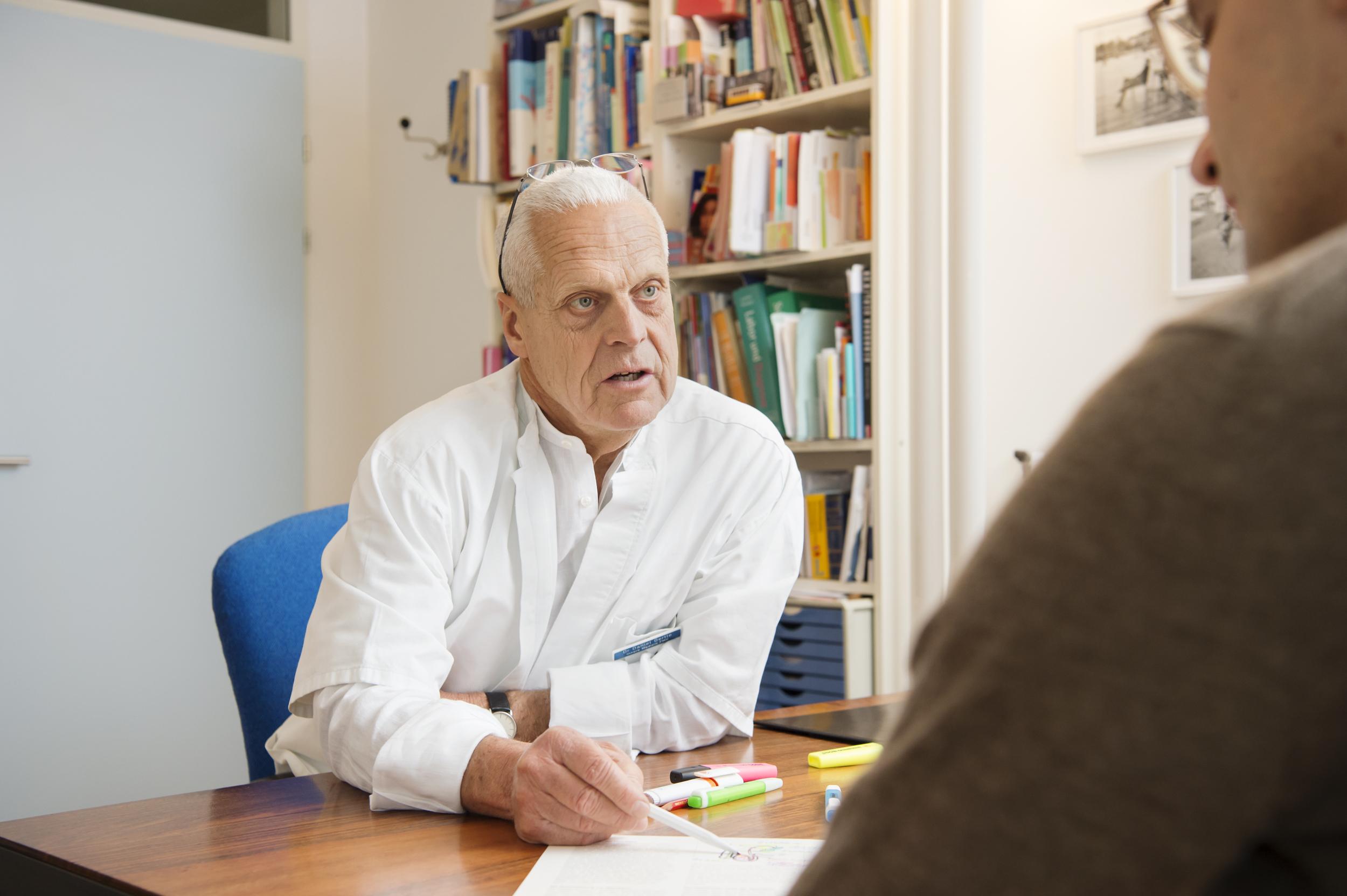 Dr. Oertle in einer Sprechstunde über Vasektomie mit einem Mann.