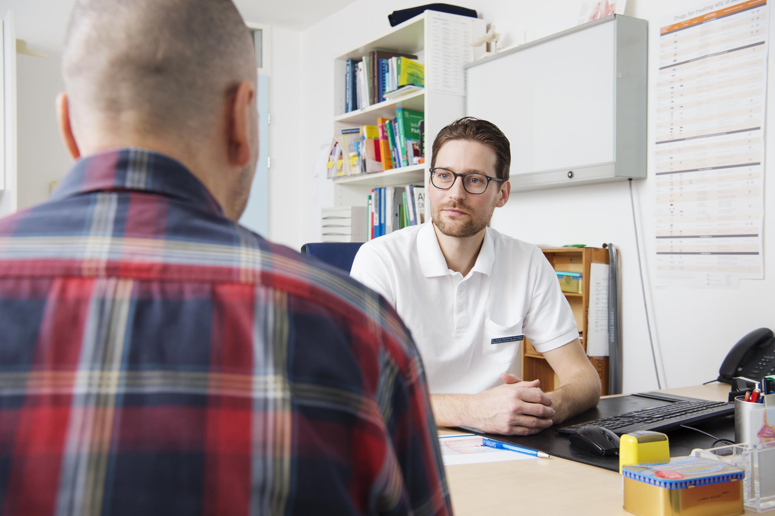 Dr. Klingler mit einem HIV-Patient in einer Sprechstunde.