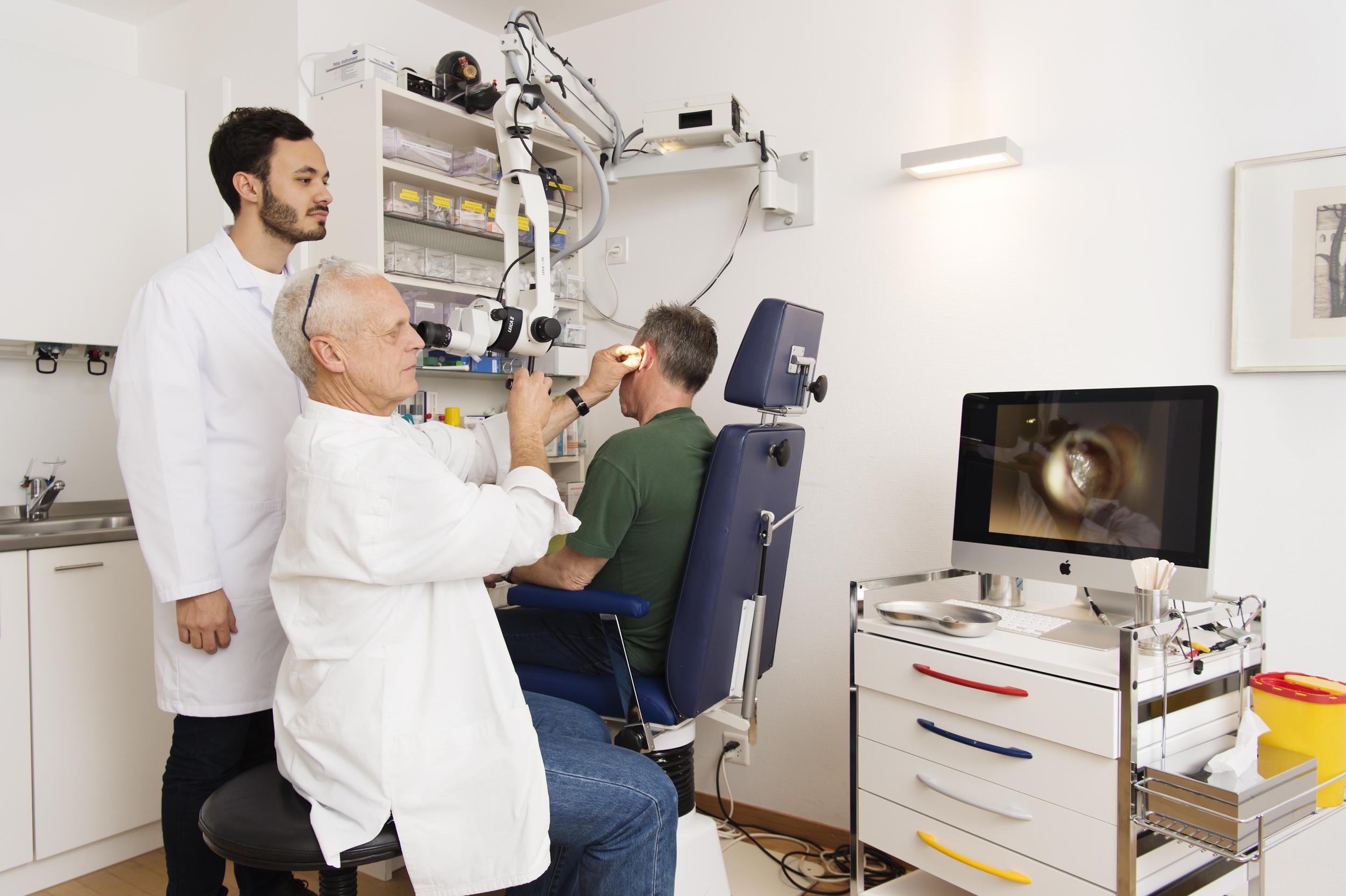 Dr. Oertle mit einem Medizinstudent an einer ORL Untersuchung.