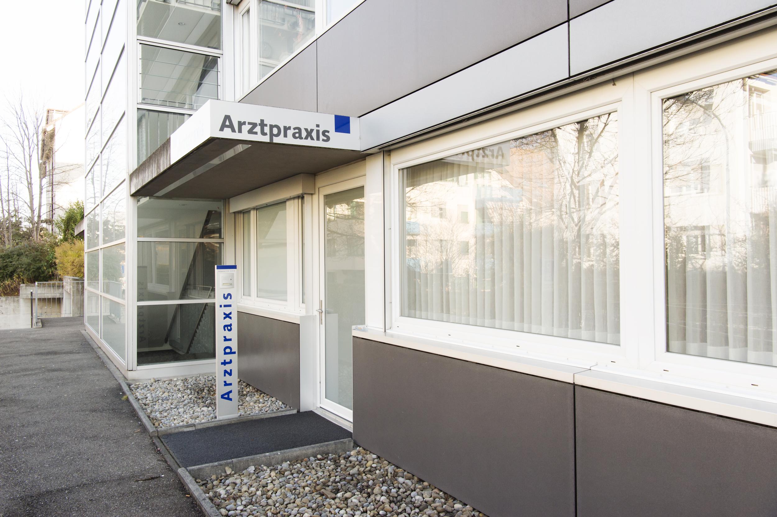 Die Arztpraxis Kreis 9 von Aussen. Dennlerstrasse 25 in Zürich Albisrieden.