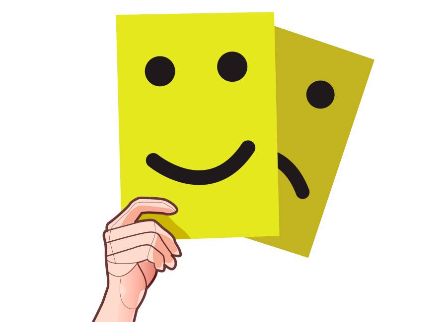 Nunca subestime o feedback dos seus clientes. Na imagem, uma mão segura dois cartazes amarelos, um sorrindo e o outro triste.