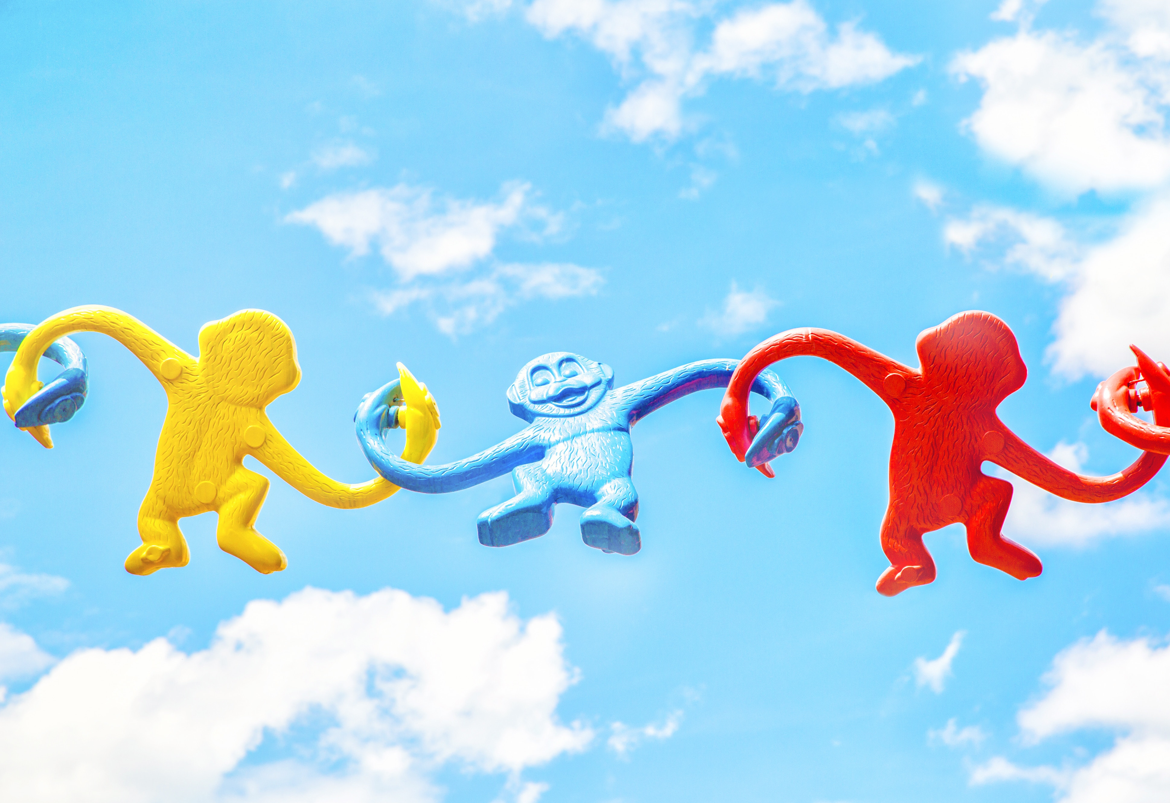 Macacos coloridos de brinquedo