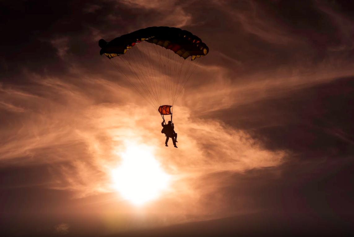 pessoa voando de paraquedas