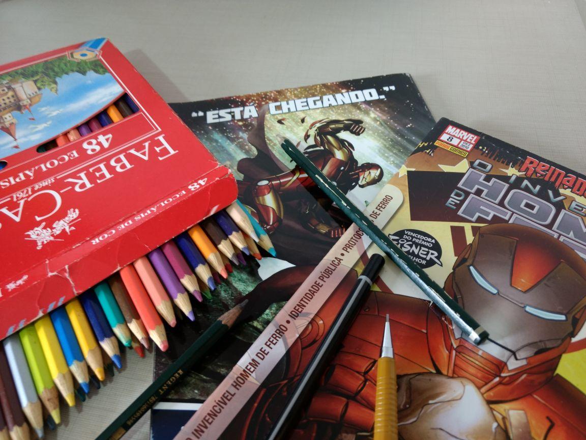 HQs do homem de ferro e lápis de cor de crianças