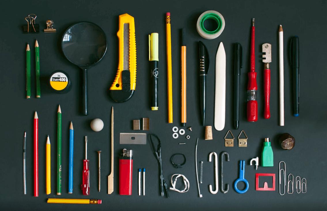 Materiais de escritório organizados como ferramentas