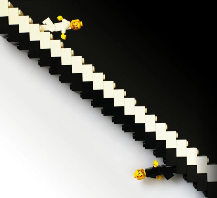 Legos em dois lados opostos como o símbolo yin e yang