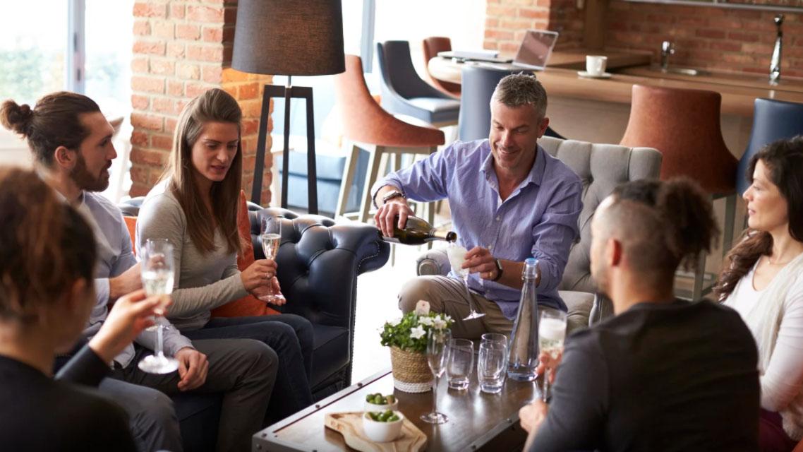 Dicas de Reuniões Criativa - Equipe reunida tomando café