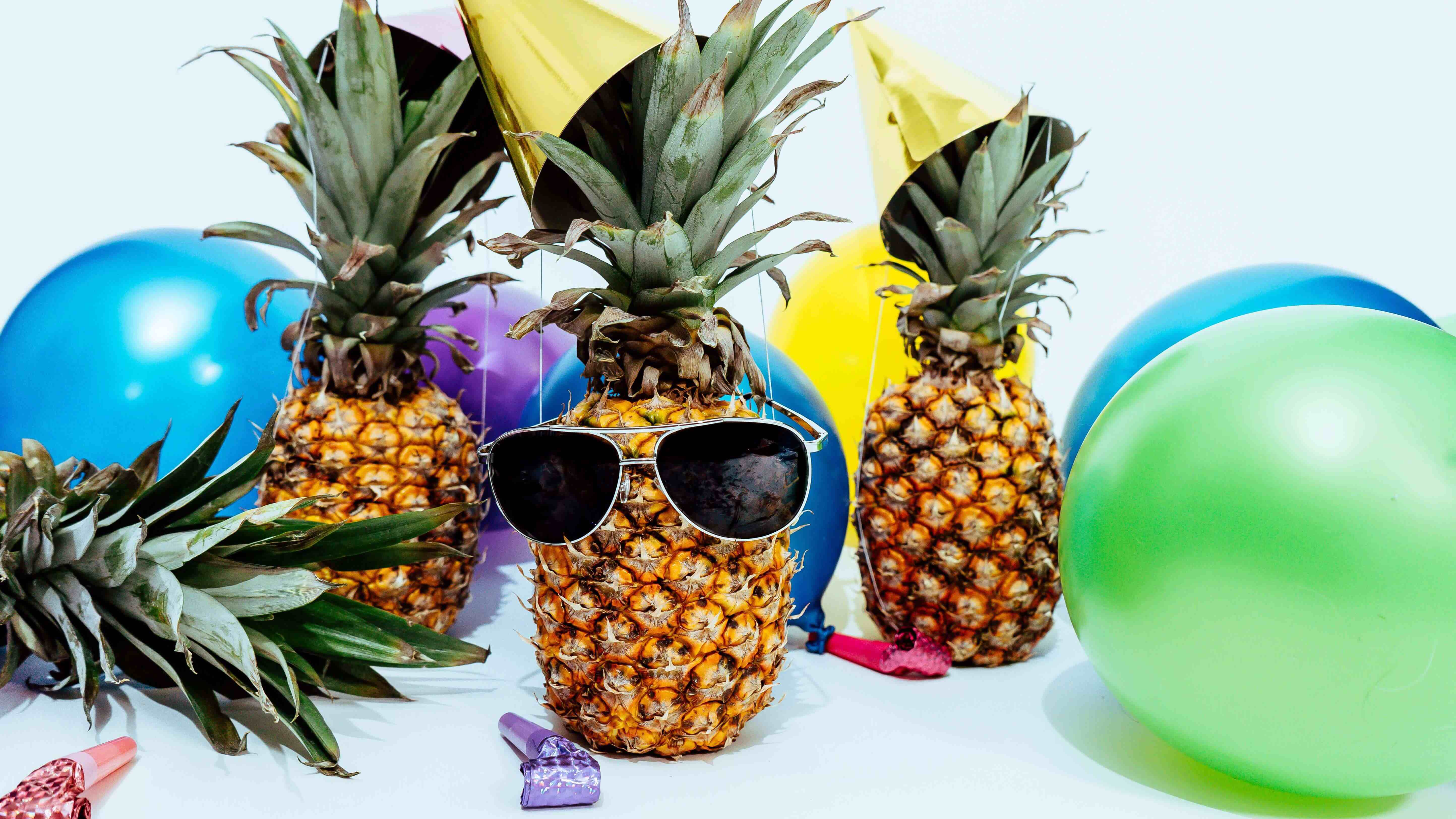 Abacaxis festeiros comemorando