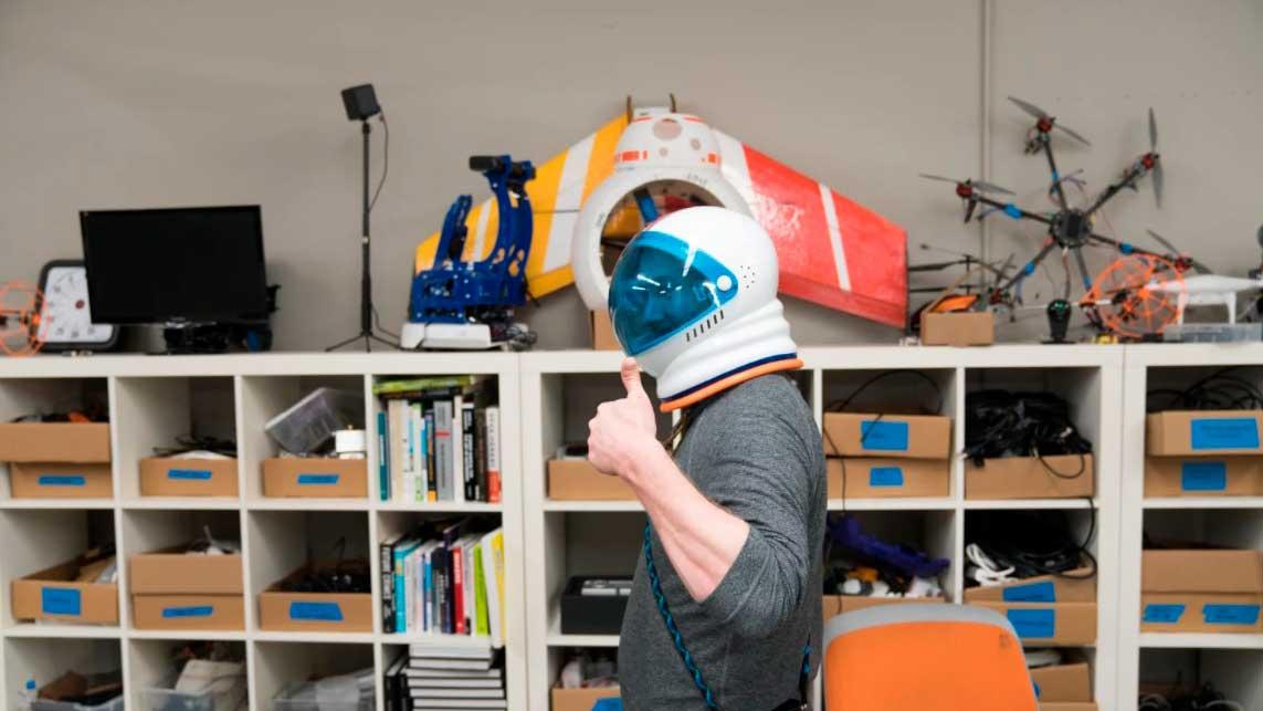 Homem com capacete de astronauta