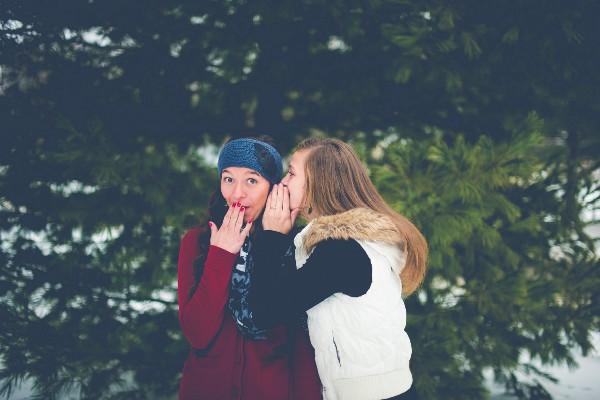 duas garotas fazendo fofoca