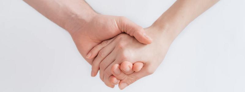 Mãos segurando uma a outra