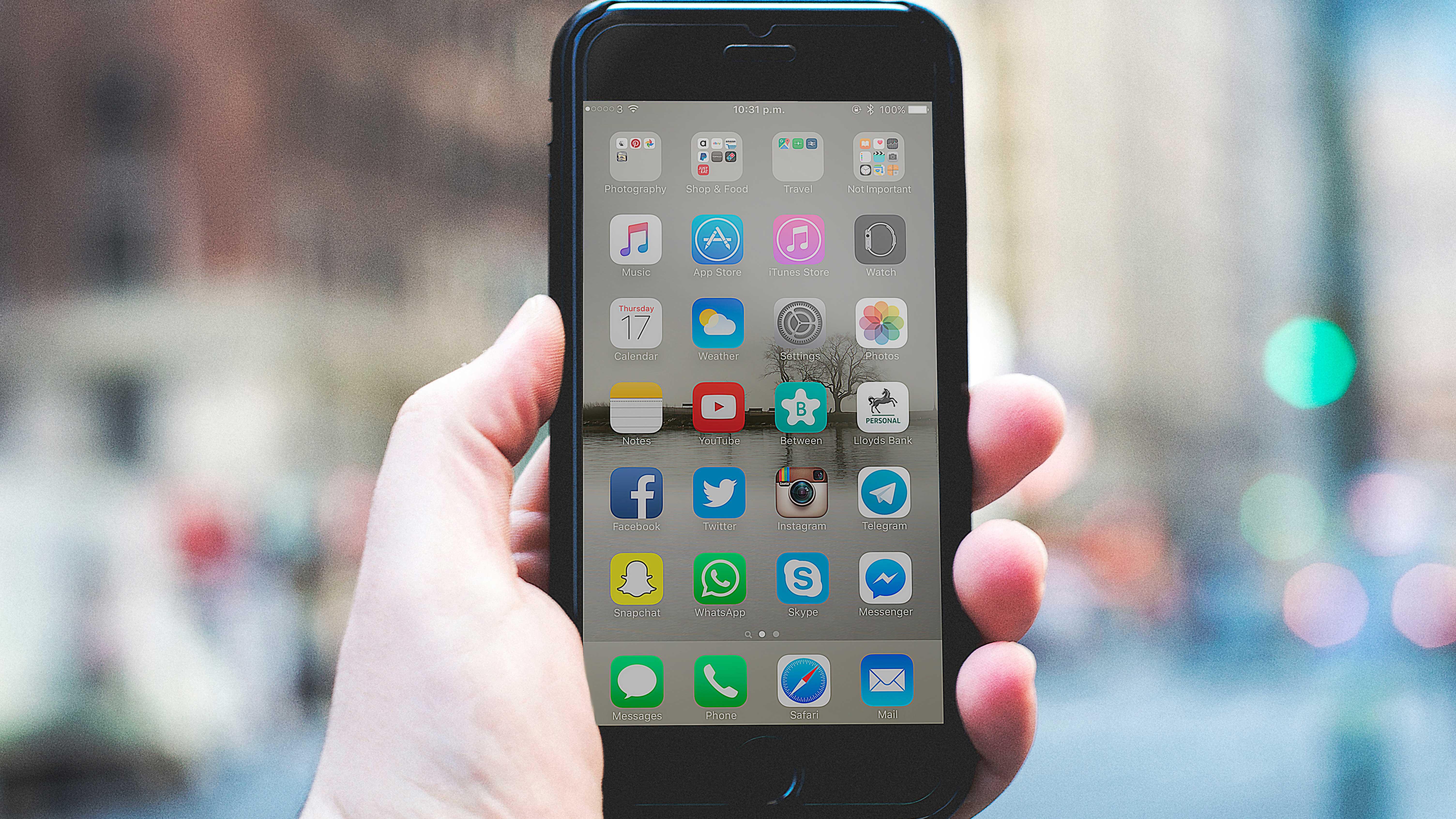 Smartphone com aplicativos de redes sociais.
