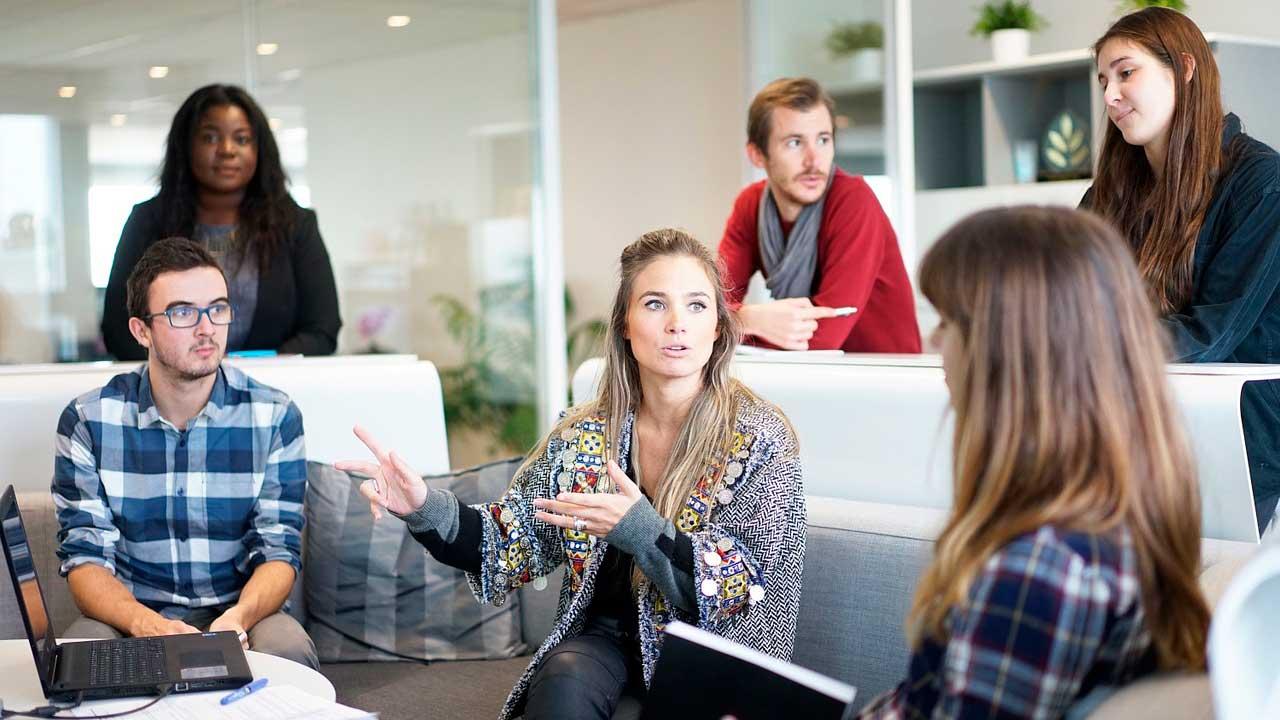 Equipe reunida em discussão