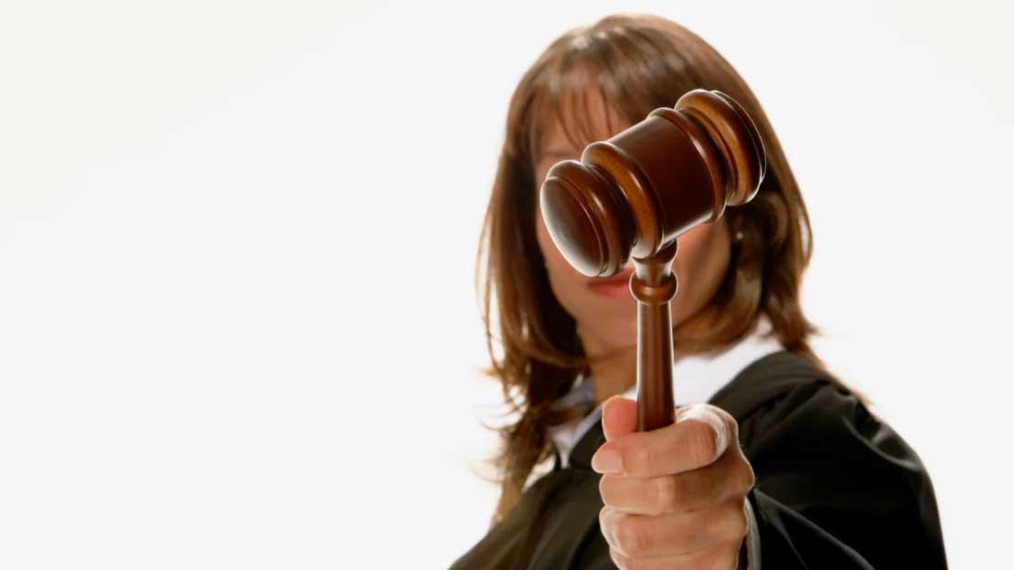 Juiz erguendo o martelo