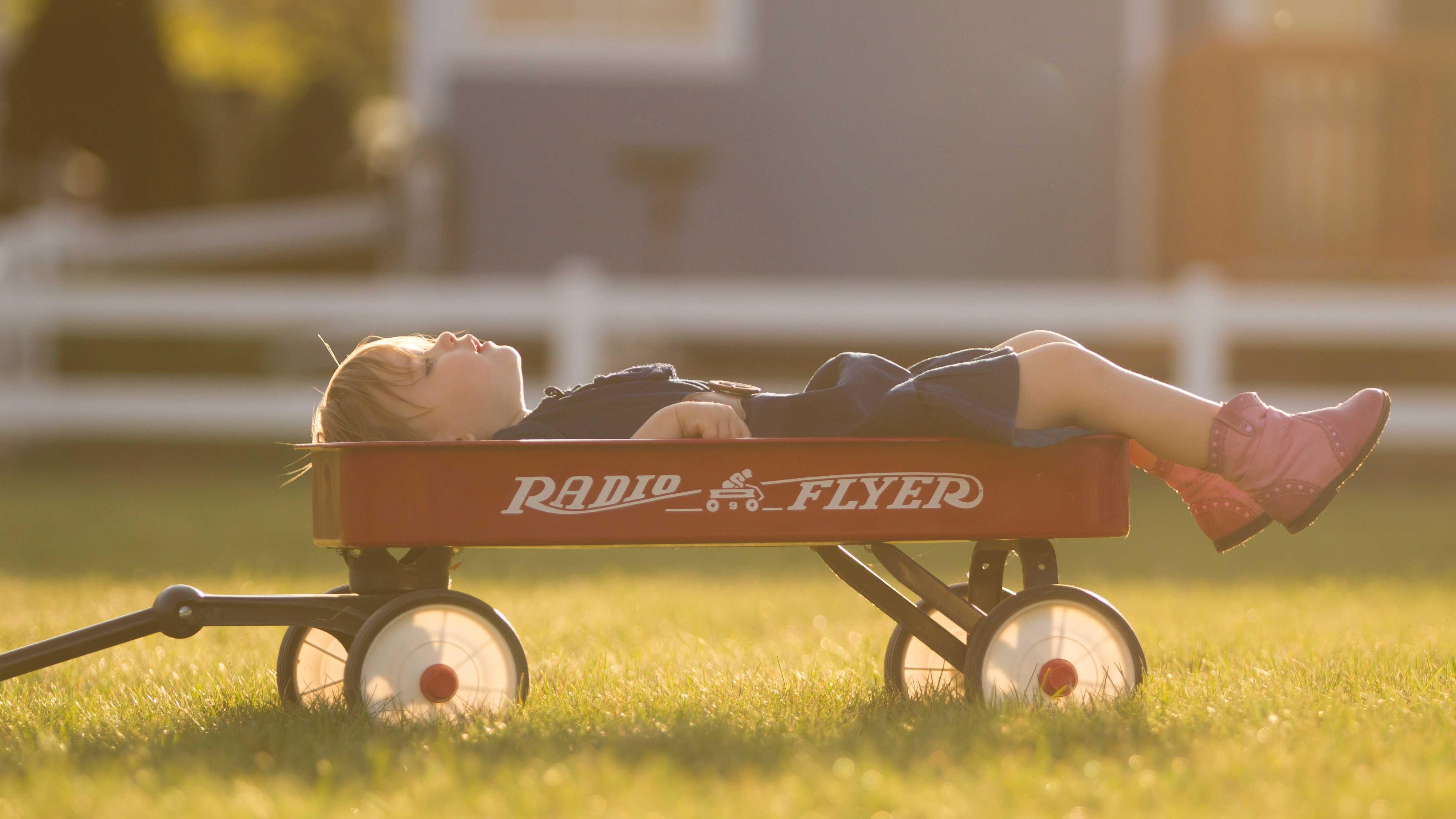 Menino deitado relaxando