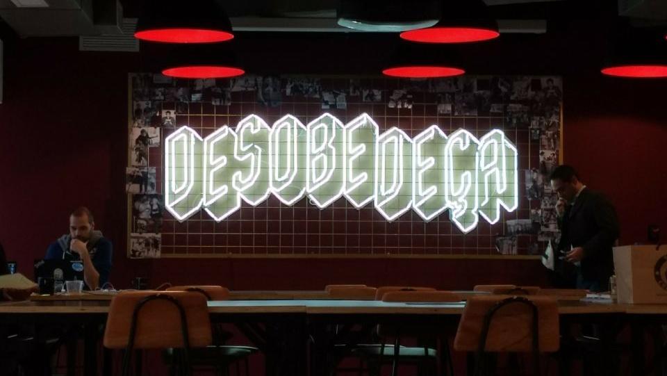 """Letreiro com a mensagem """"desobedeça""""."""