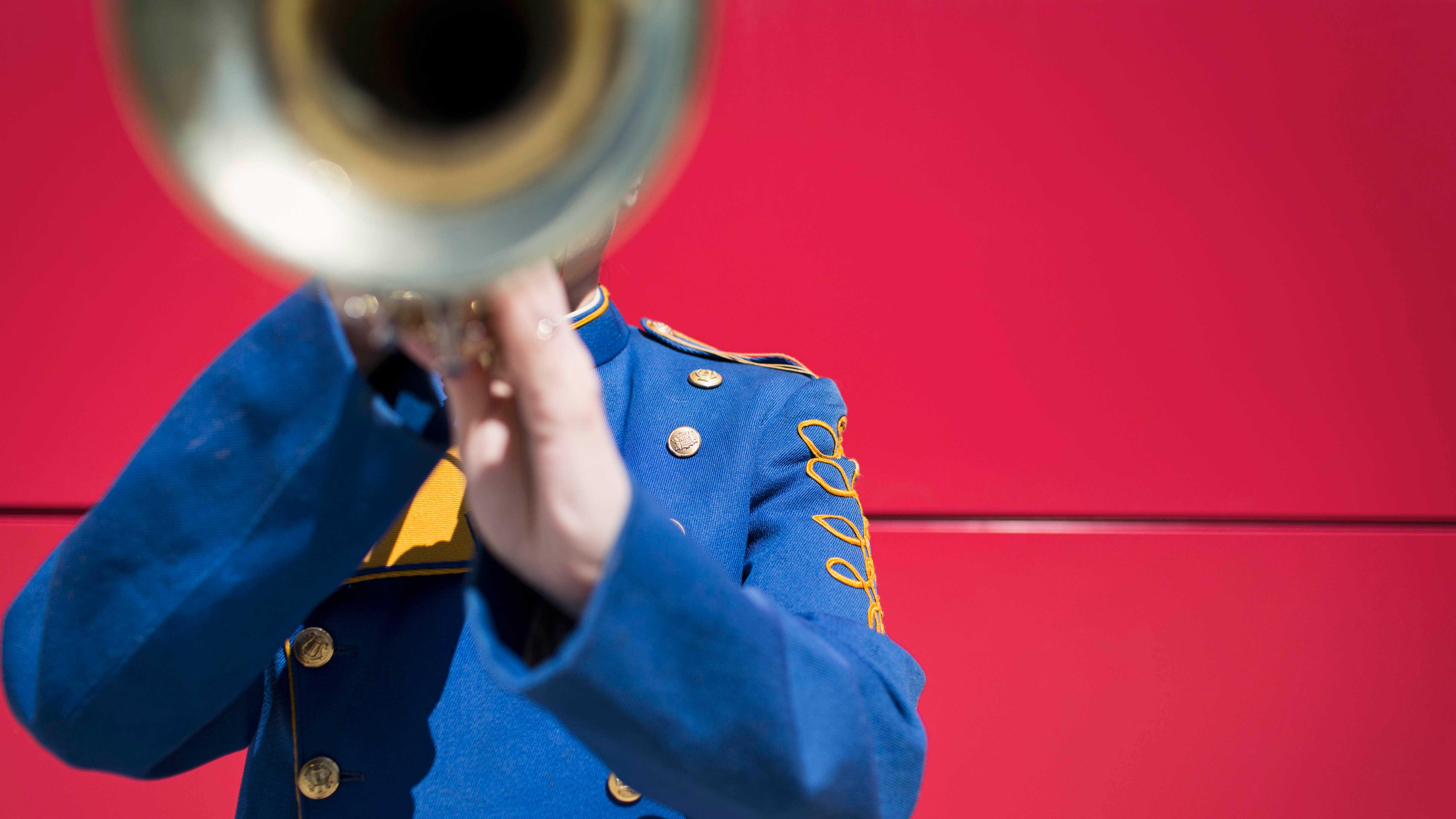 Homem tocando trompete