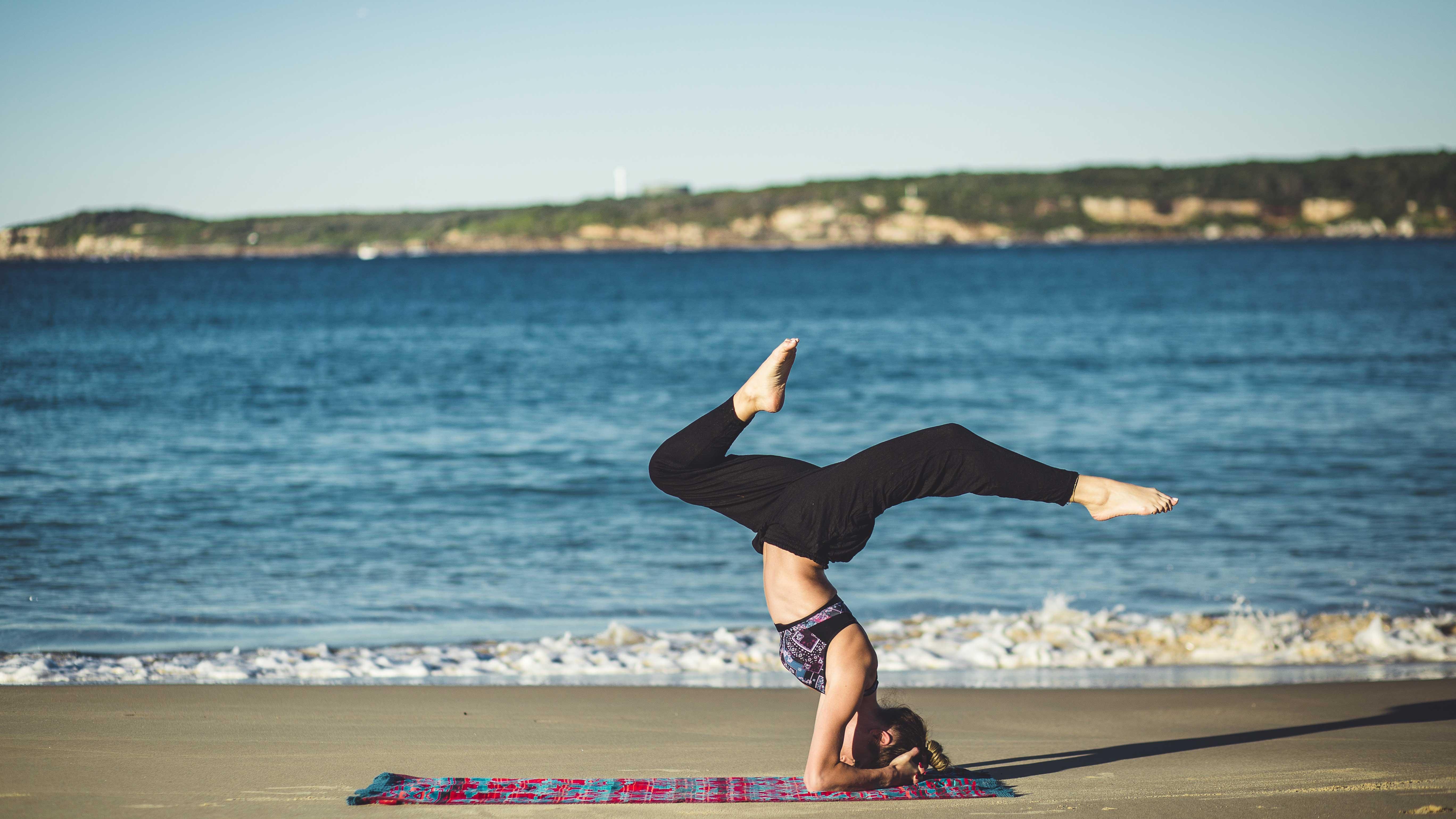Mulher praticando yoga