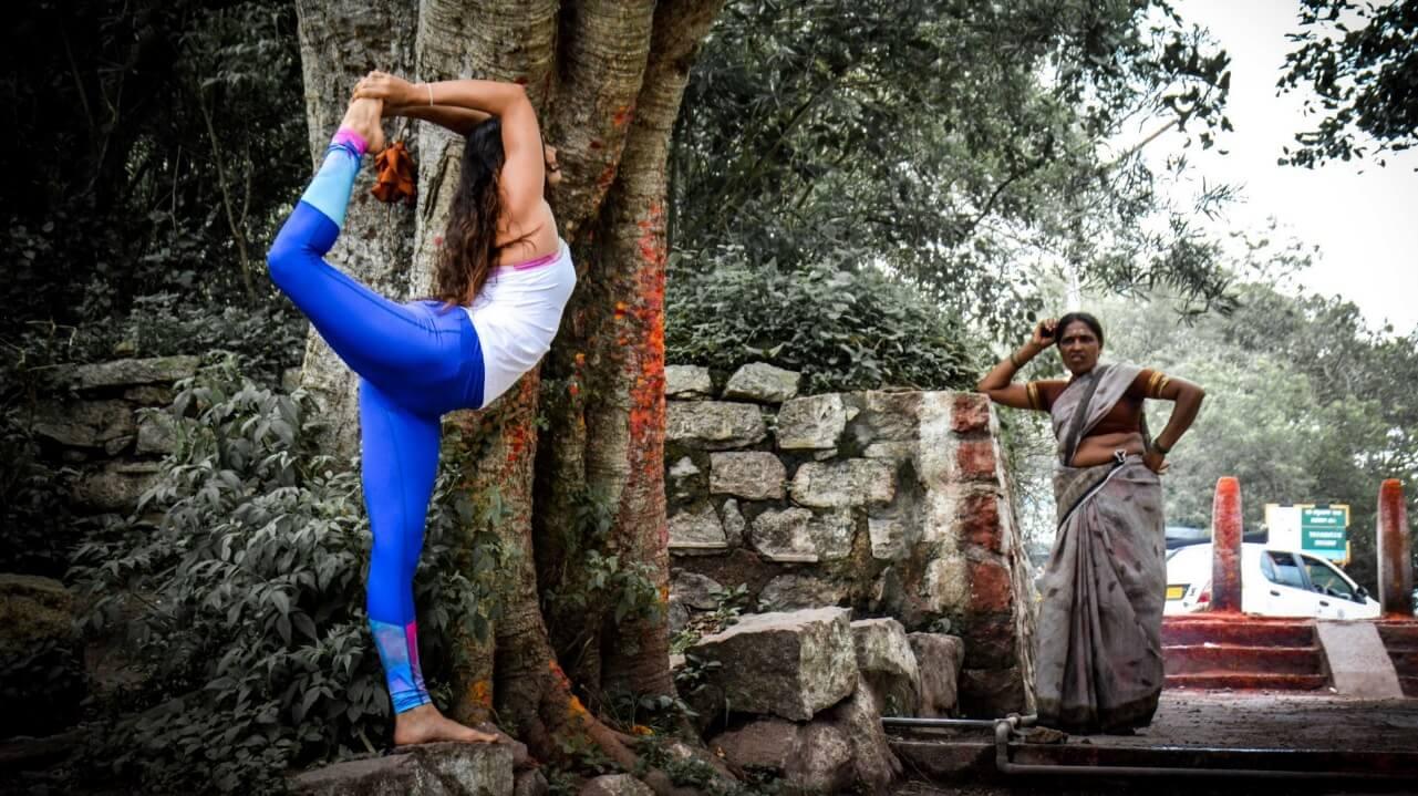 Yoga e Meditação: Saiba Como elas Podem te Ajudar - Mulher praticando ioga