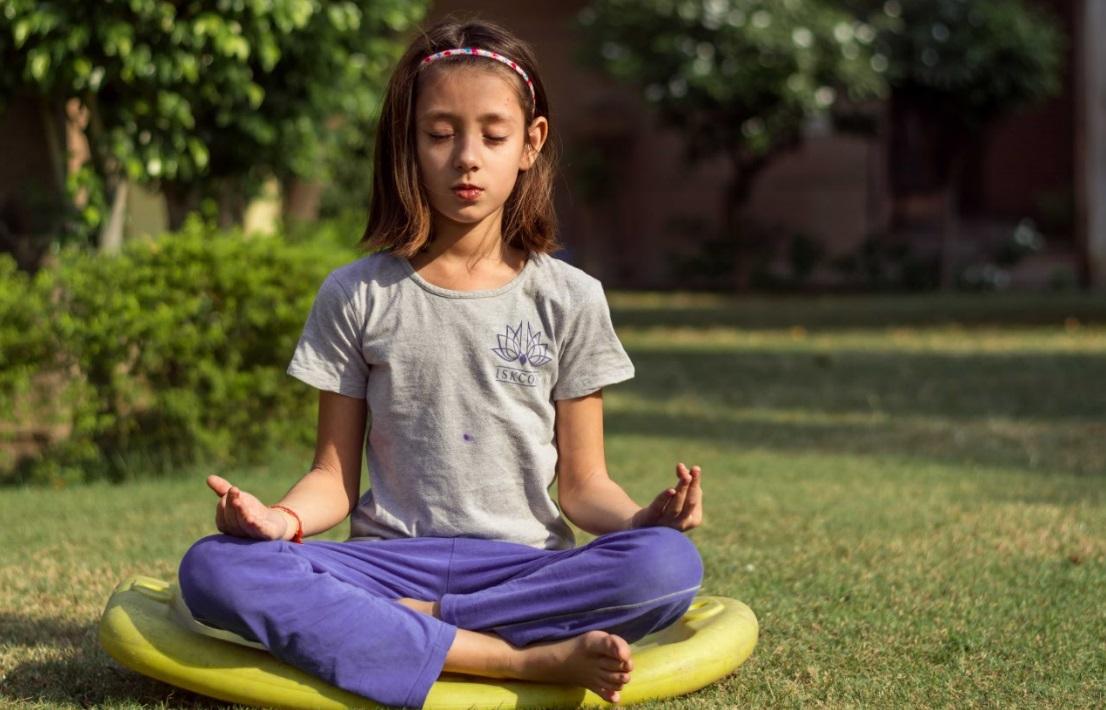 Yoga e Meditação: Saiba Como elas Podem te Ajudar - Garota meditando em jardim