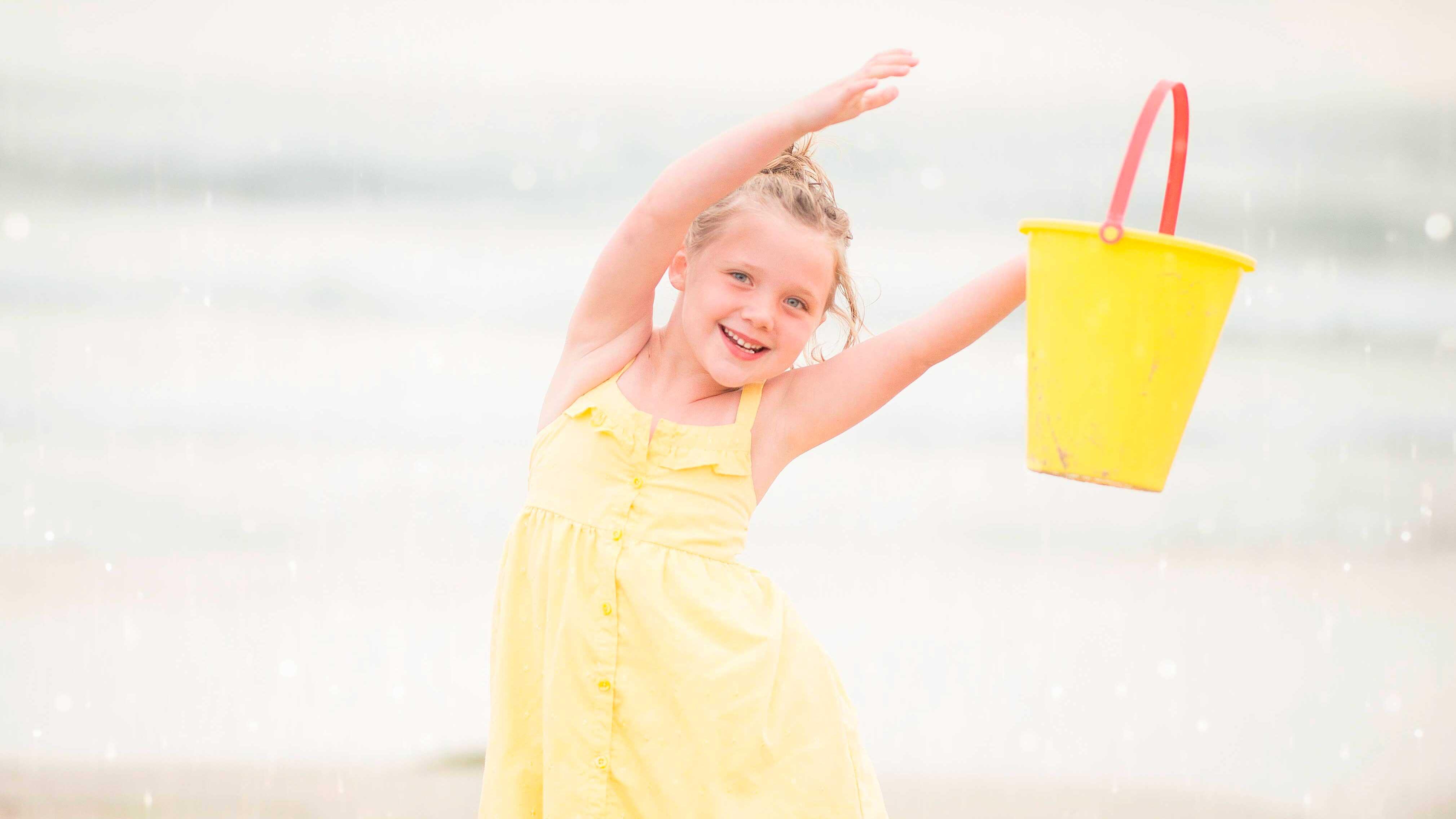 3 Atividades infantis que Estimulam a Criatividade - Menina de vestido amarelo sorrindo