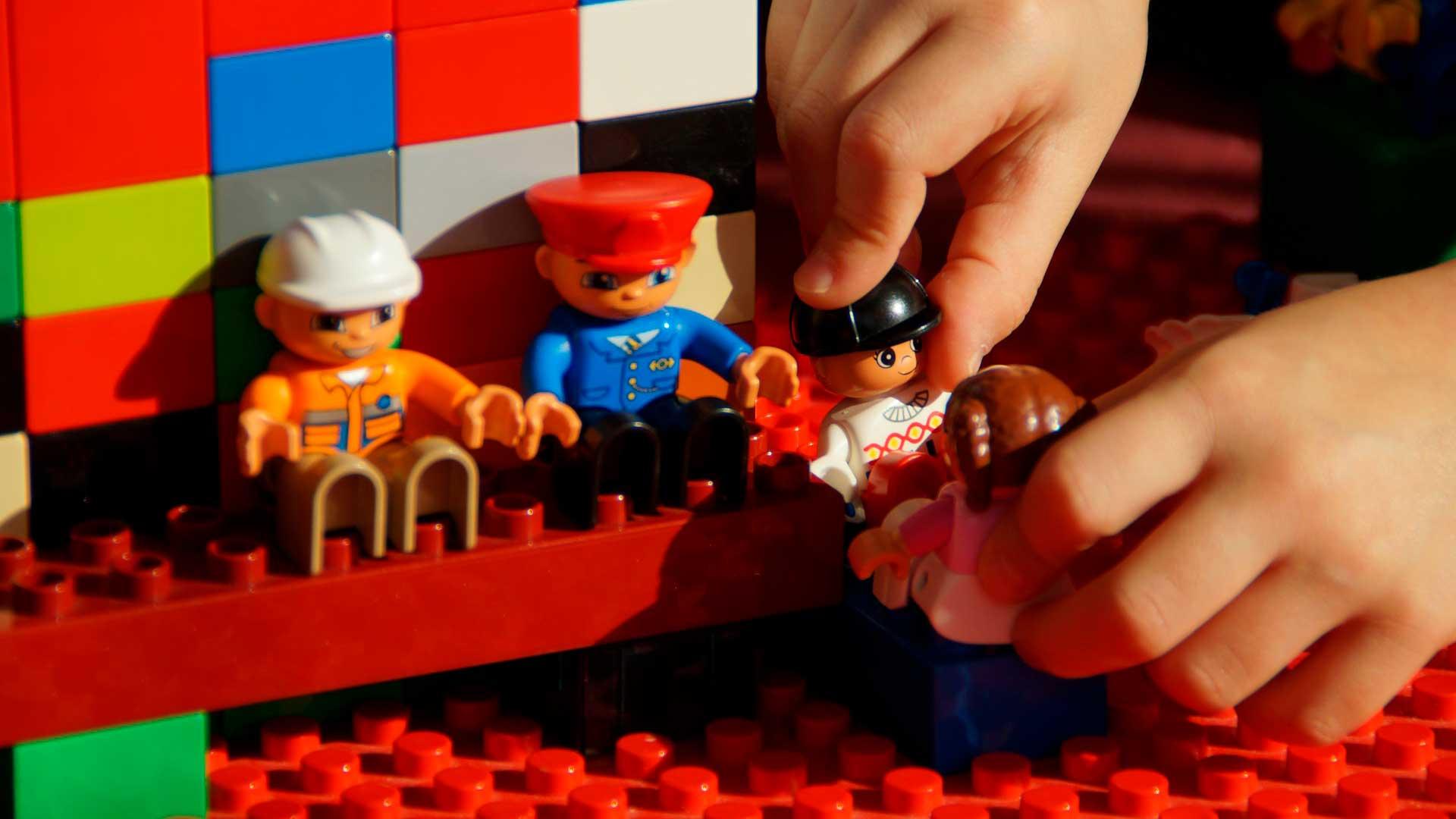 3 Atividades infantis que Estimulam a Criatividade - Criança brincando com legos construtores