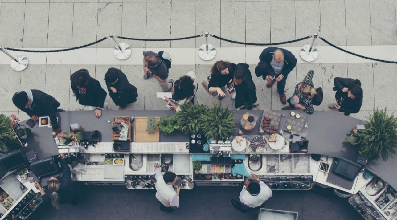 Desafio Profissional: 3 Dicas para Encará-lo de Frente - Pessoas tomando café na rua