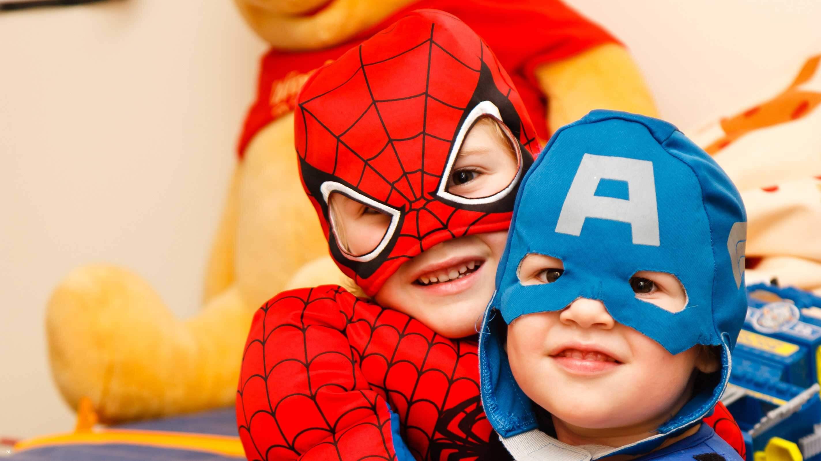 5 Dicas para lidar com a timidez na Infância  - Amigos vestidos de Homeme de Ferro e Capitão América