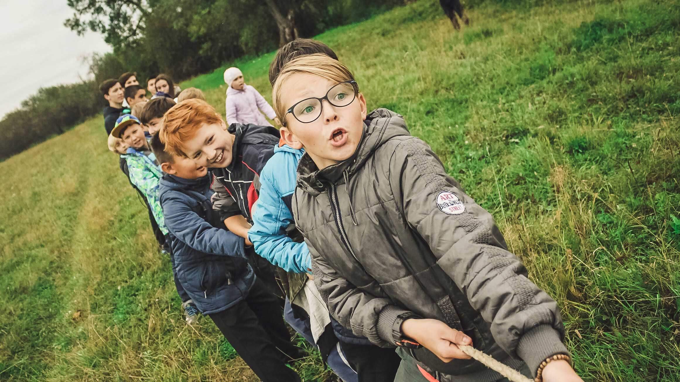 5 Dicas para lidar com a timidez na Infância  - Crianças fazendo cabo de guerra