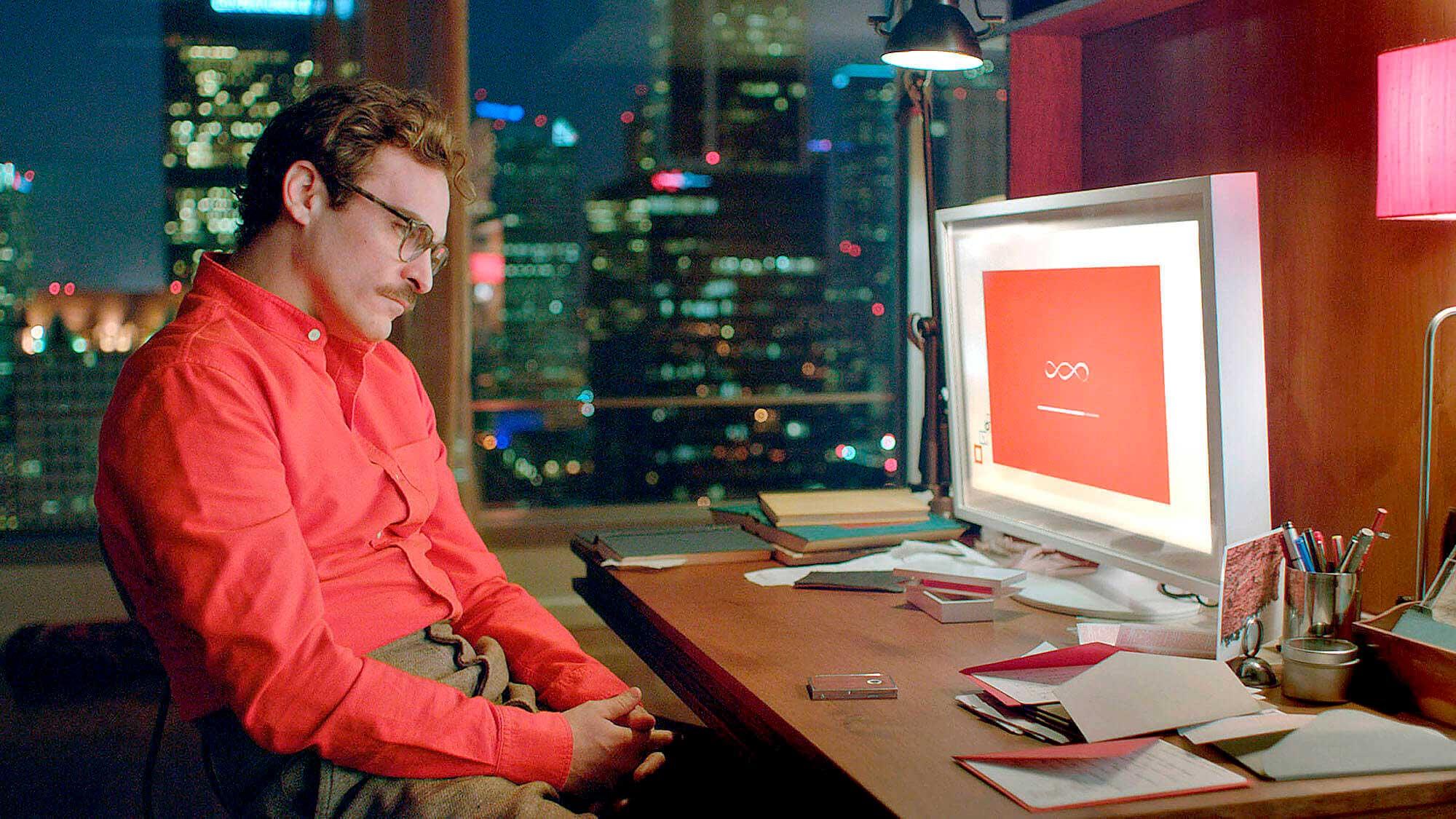 Como a IoT está criando um mundo hiperconectado? - Cena do filme Her onde Theodore observa a tela de seu computador.