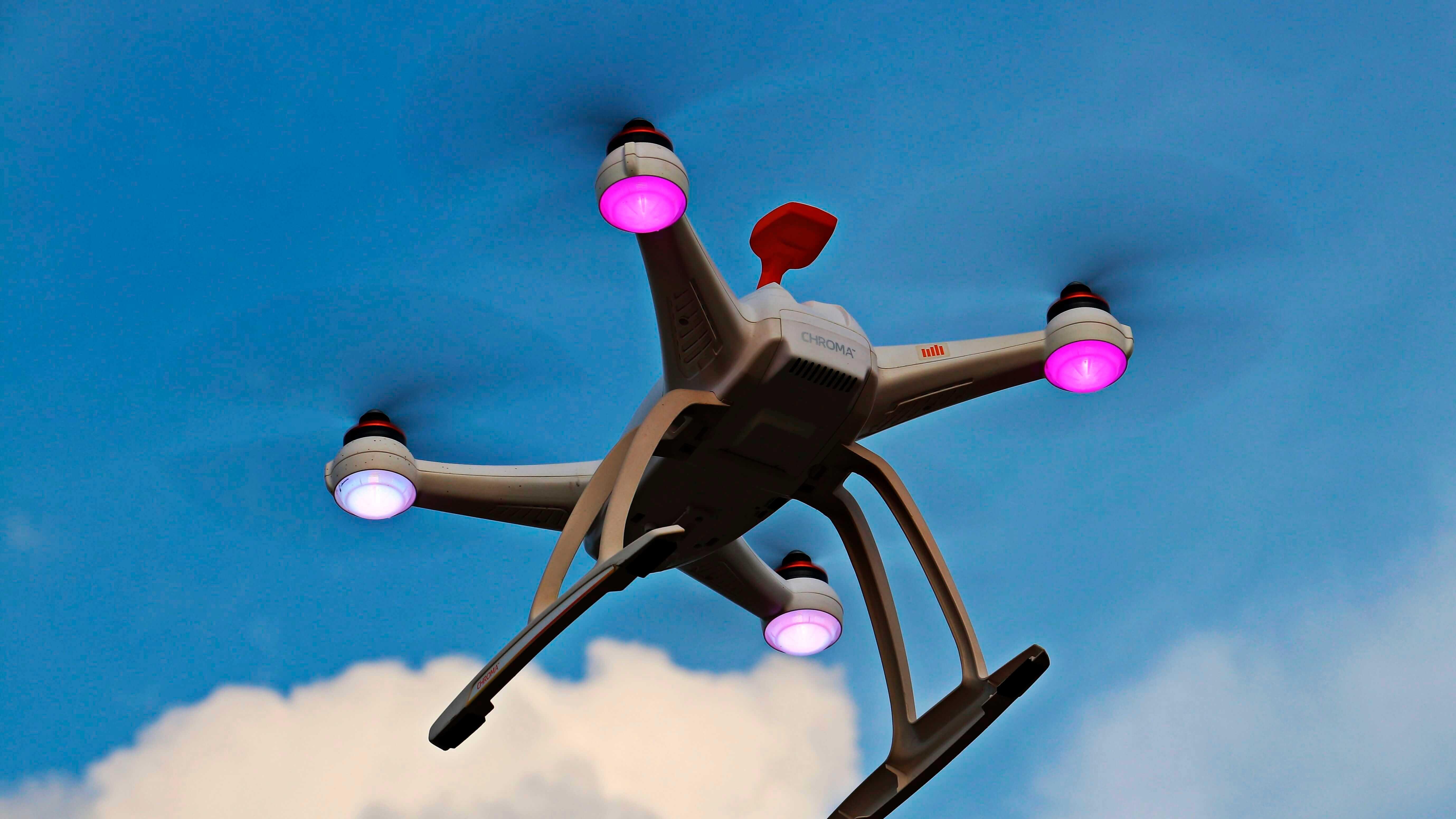 Como a IoT está criando um mundo hiperconectado? - Drone voando durante o dia.