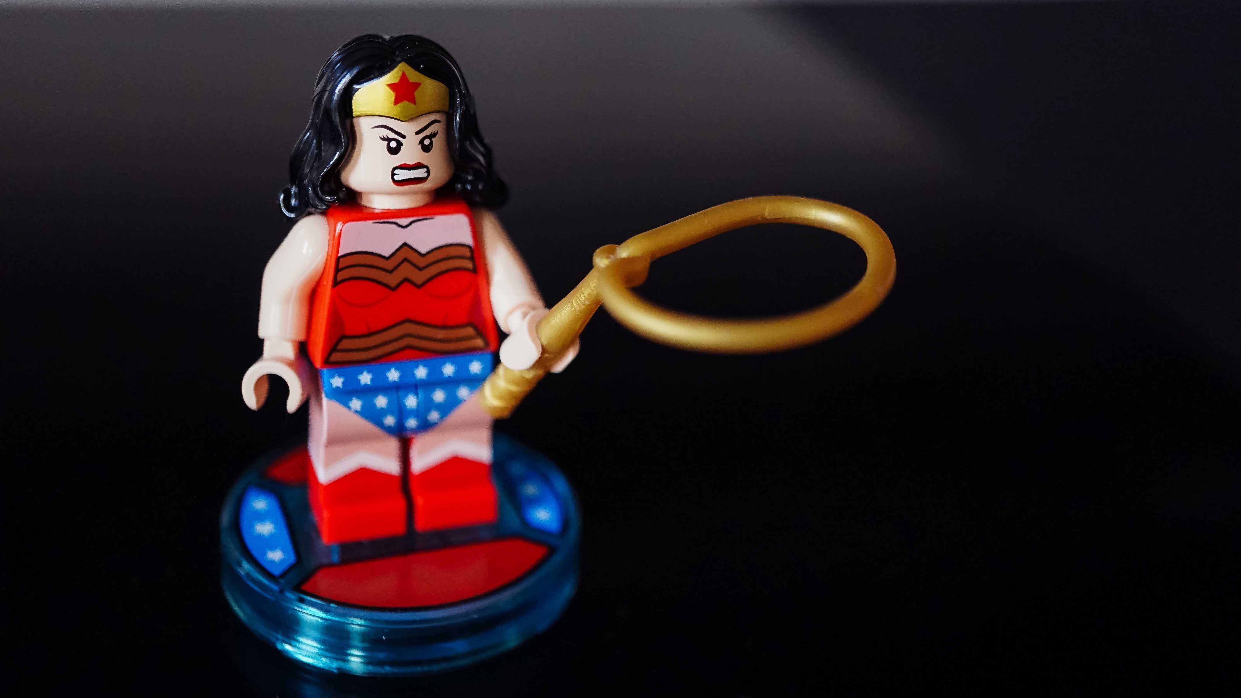 Miniatura de LEGO da Mulher Maravilha com o laço da verdade na mão.