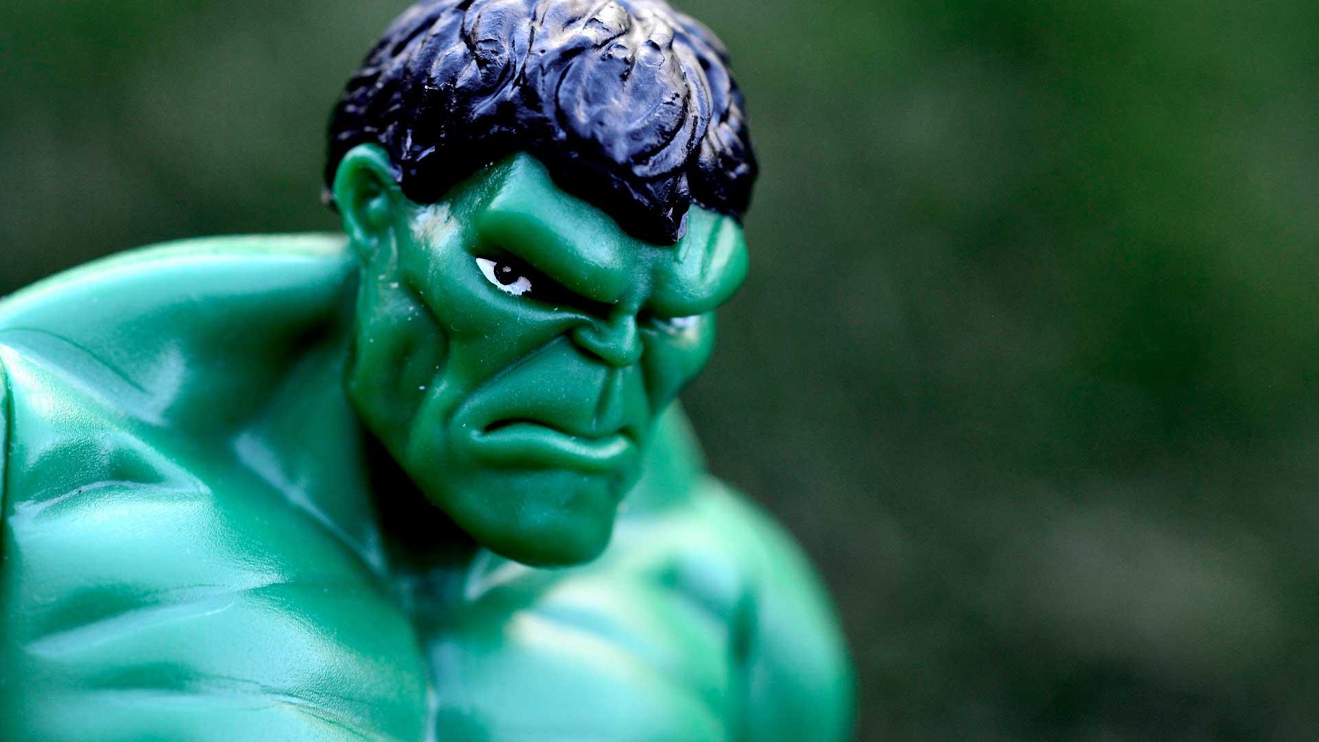 Boneco do Hulk com expressão de raiva no rosto.