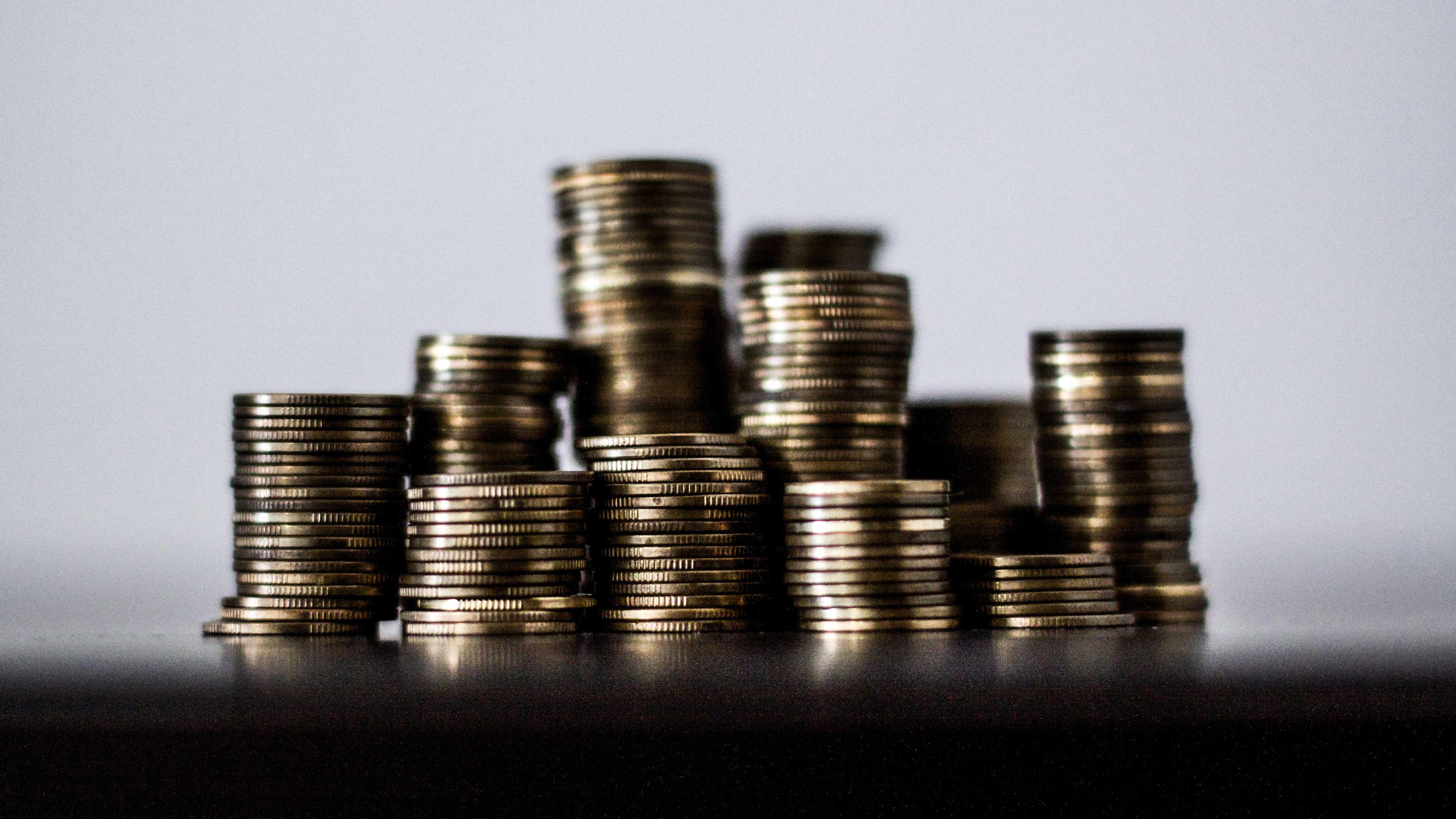 Pilha de moedas formando pequenas torres