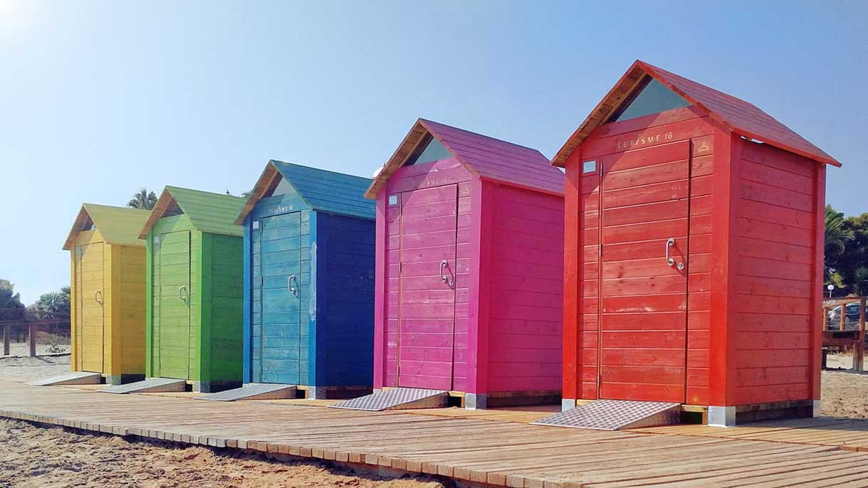 Qual é a Chave Para o Crescimento Pessoal? Descubra! - Foto de cinco casinhas coloridas, da esquerda para a direita são: amarela, verde, azul, rosa e vermelha.