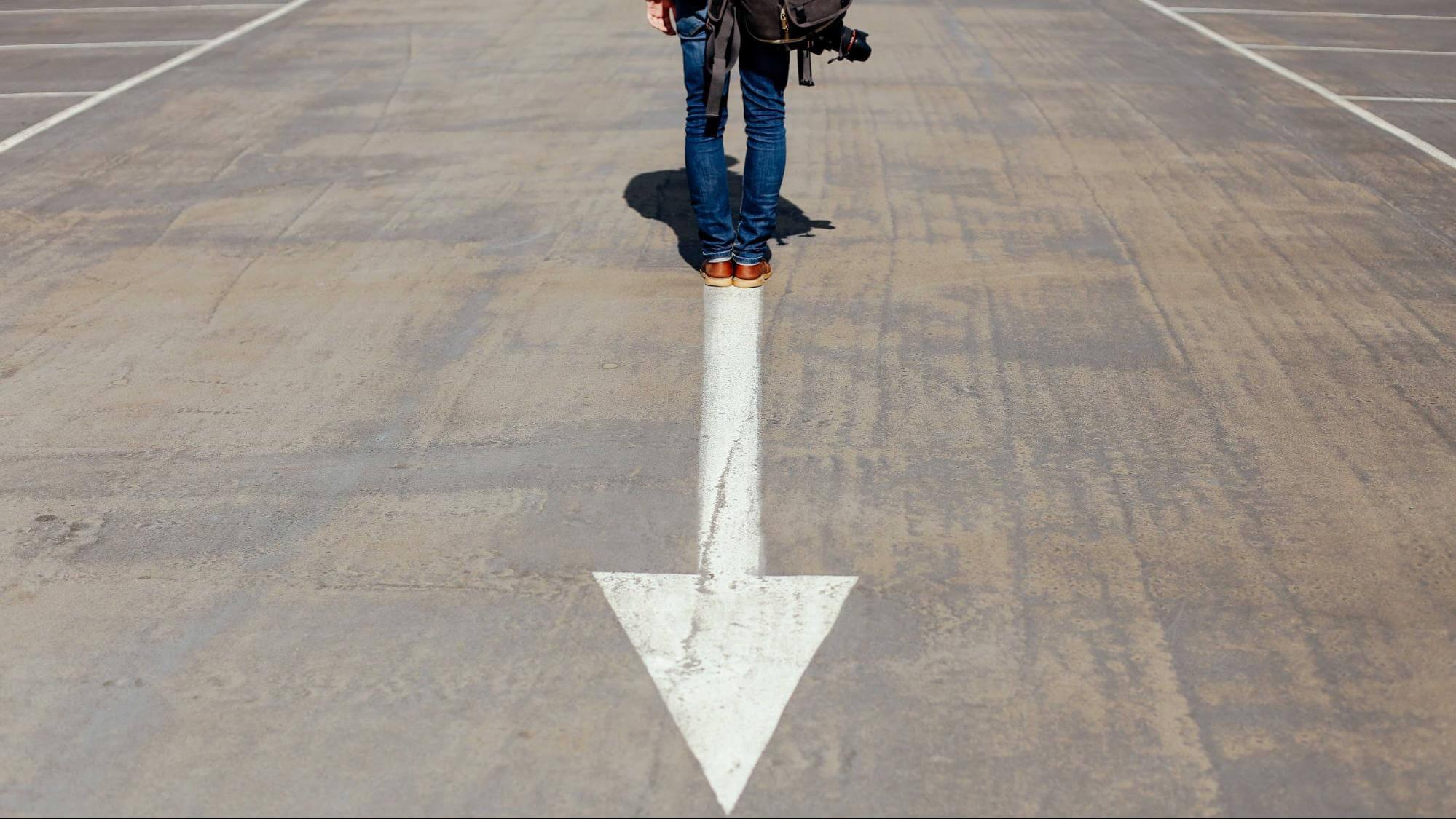 Como controlar a ansiedade: pessoa em uma pista com flecha pintada para baixo