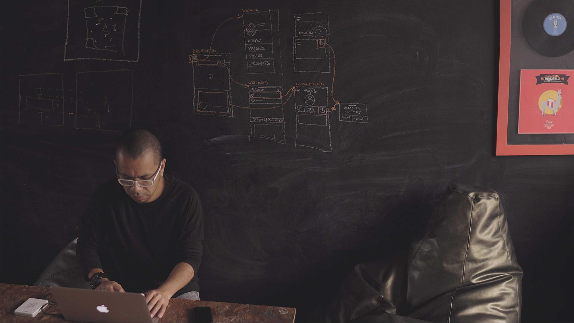 Quais serão os empregos do futuro? Homem negro usando notebook
