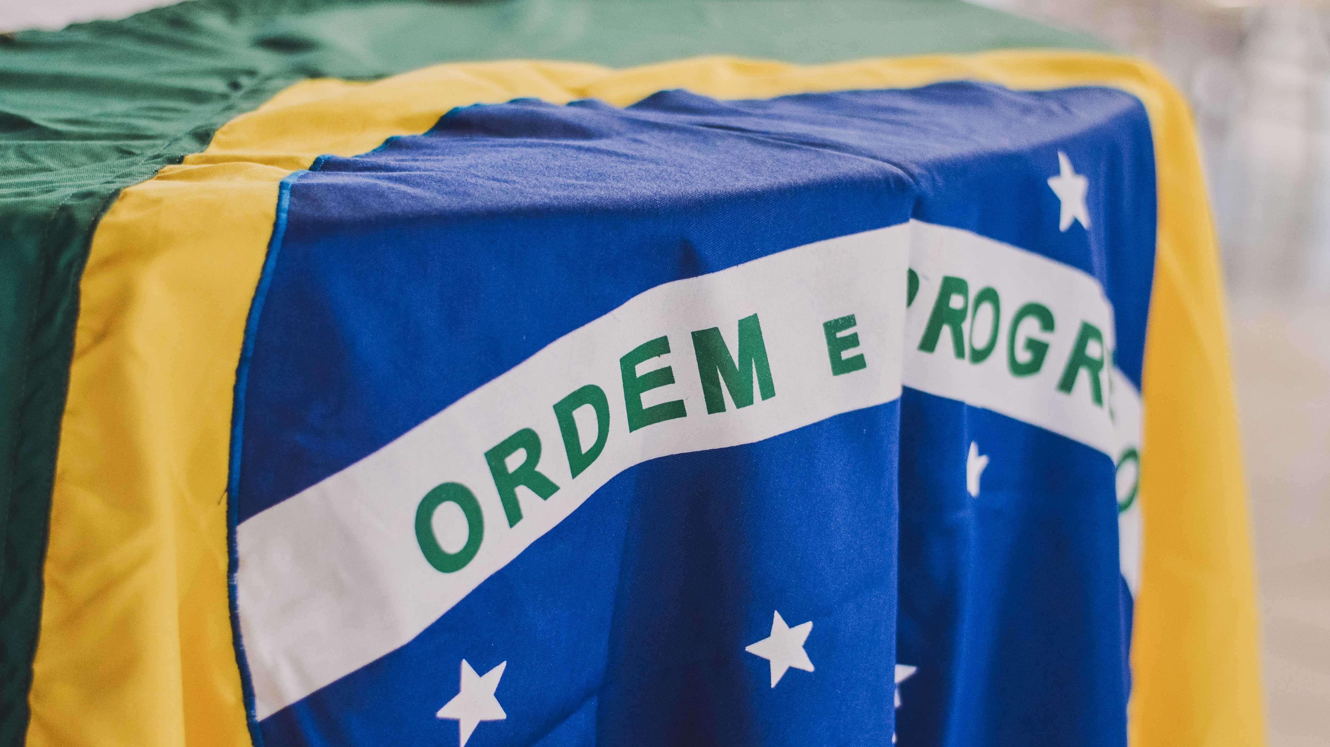 """O Que Esperar do Futuro da Política? - Bandeira do Brail com a frase """"ordem e progresso"""" em destaque."""