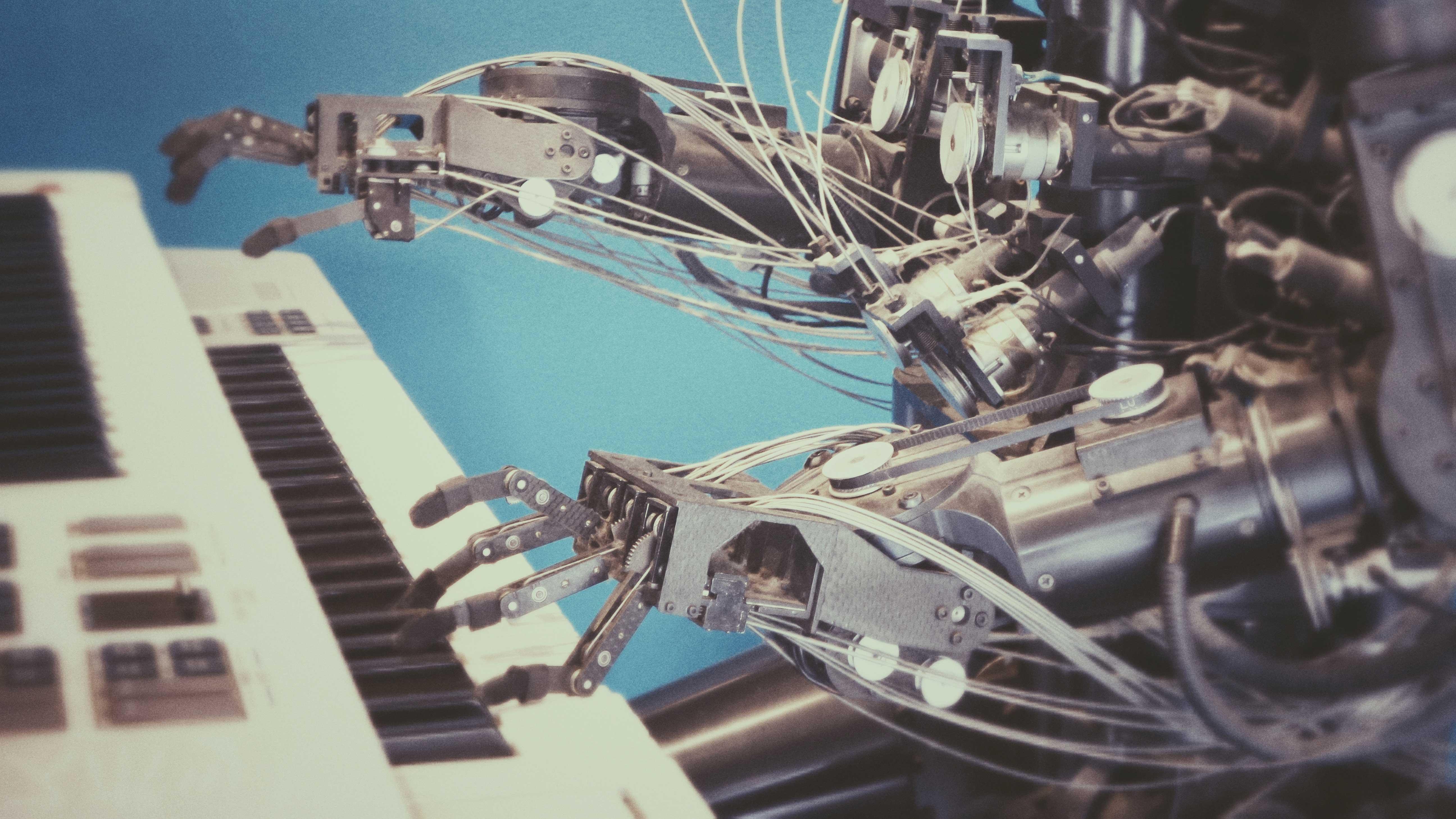 O Que é Cultura de Inovação? Você Faz Parte Dela? - Braços mecânicos tocando teclado.