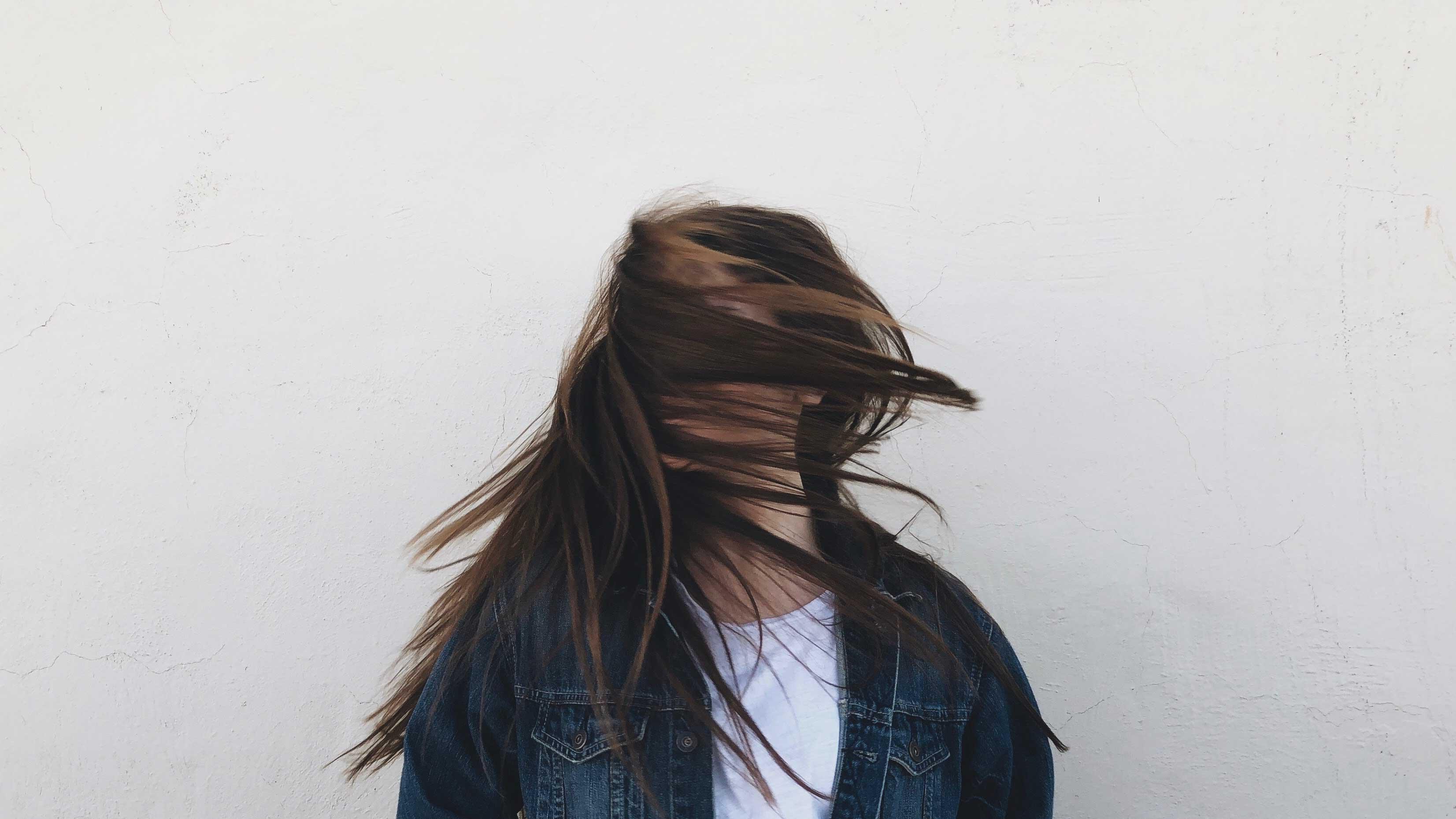 Reflexão: Quando eu vejo a dor, eu vejo a cura - Menina com o cabelo no rosto.
